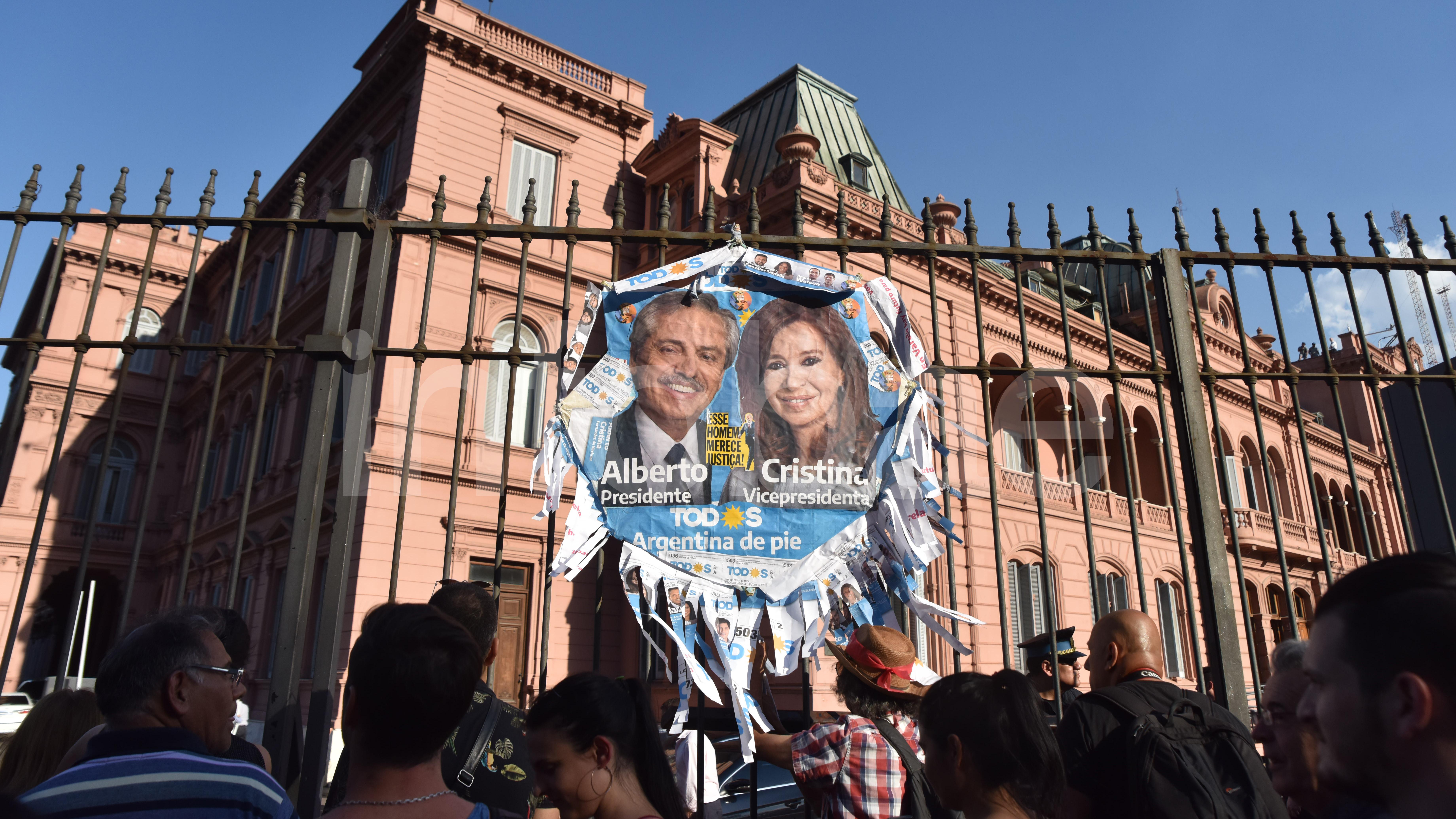 Simpatizantes del Frente de Todos despidieron al gobierno saliente colgando carteles con las caras de Alberto Fernández y Cristina Kirchner.