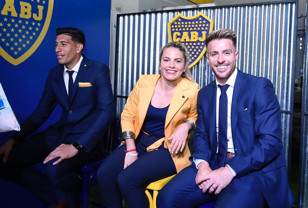 Esteban Andrada, Camila Gómez Ares y Julio Buffarini, ambos futbolistas de Boca que se perfilan para jugar ante River por la revancha de las semifinales de la Copa Libertadores, junto a Camila Gómez Ares, referente del equipo femenino xeneize (@BocaJrsOficial)
