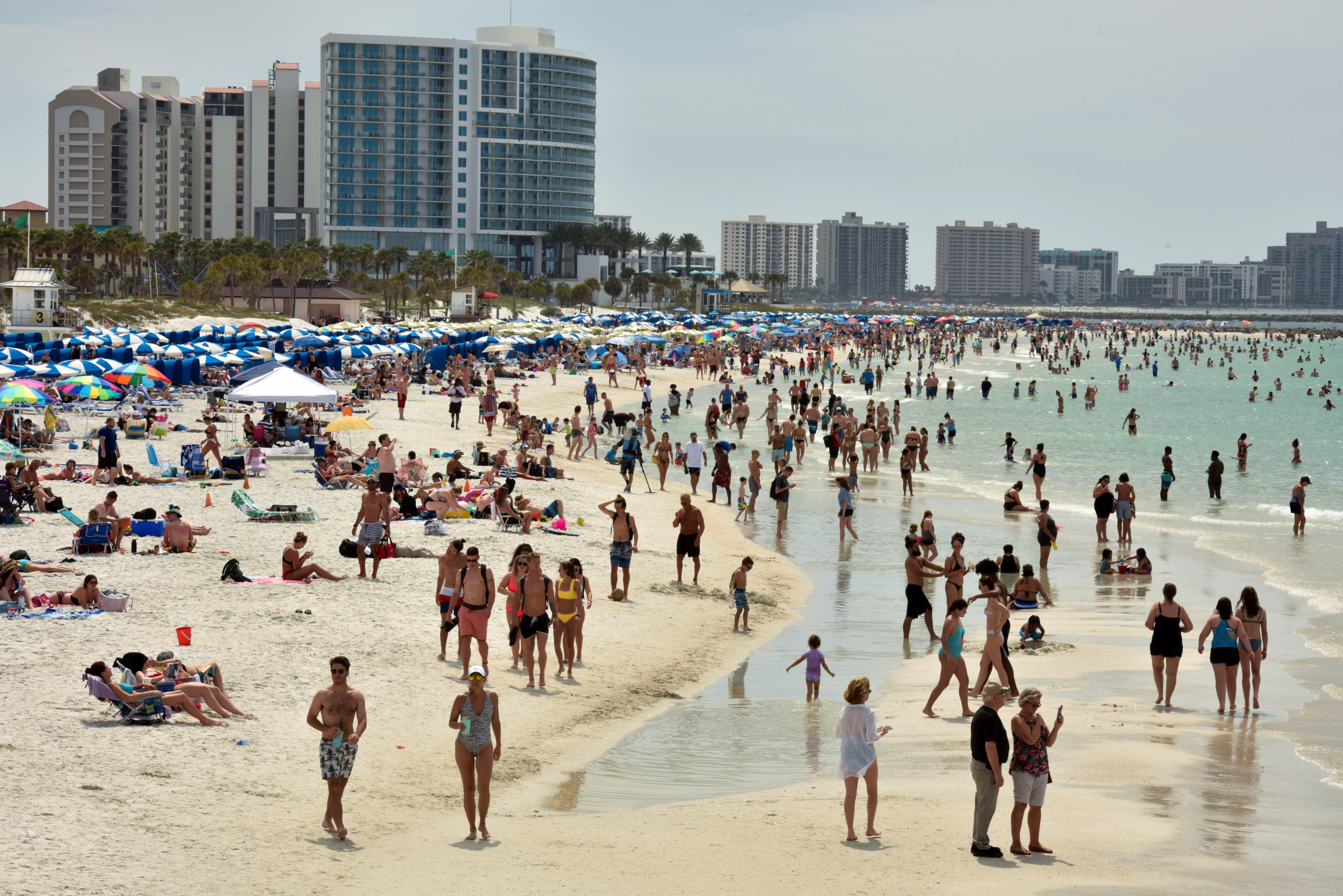 Aunque la mayoría de presentes en las playas eran jóvenes, se vio a gente de toda edad (Reuters)