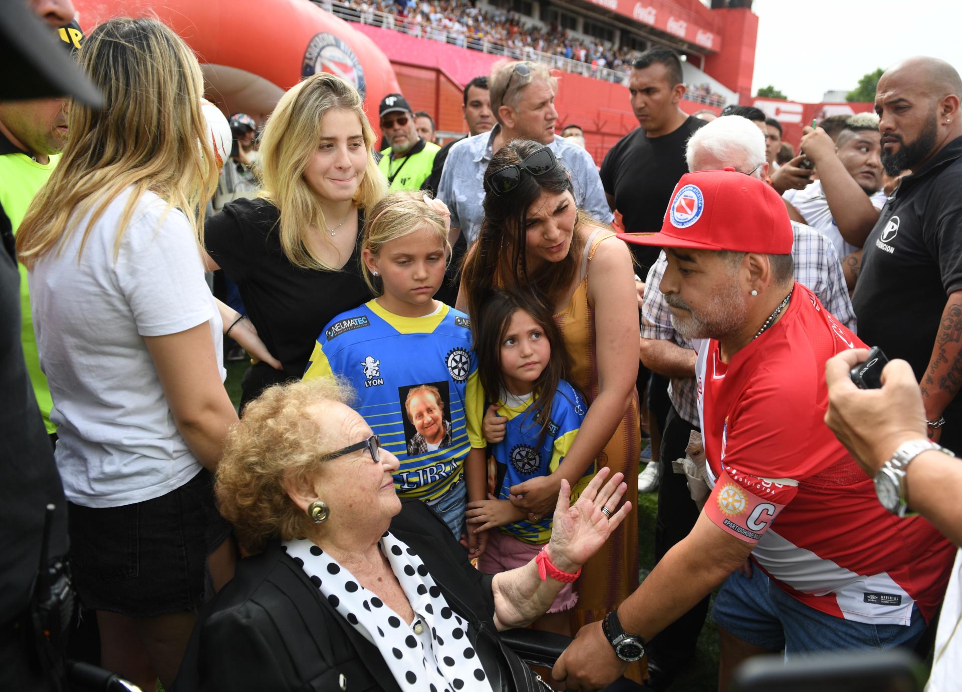 Maradona se acercó a la madre de Gendler en el campo de juego (Maximiliano Luna)
