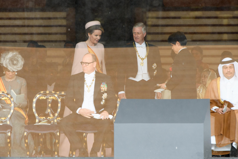 El rey Felipe (centro a la derecha) y la reina Mathilde (centro a la izqueirda) de Bélgica asisten a la ceremonia de entronización del emperador japonés Naruhito (AFP)
