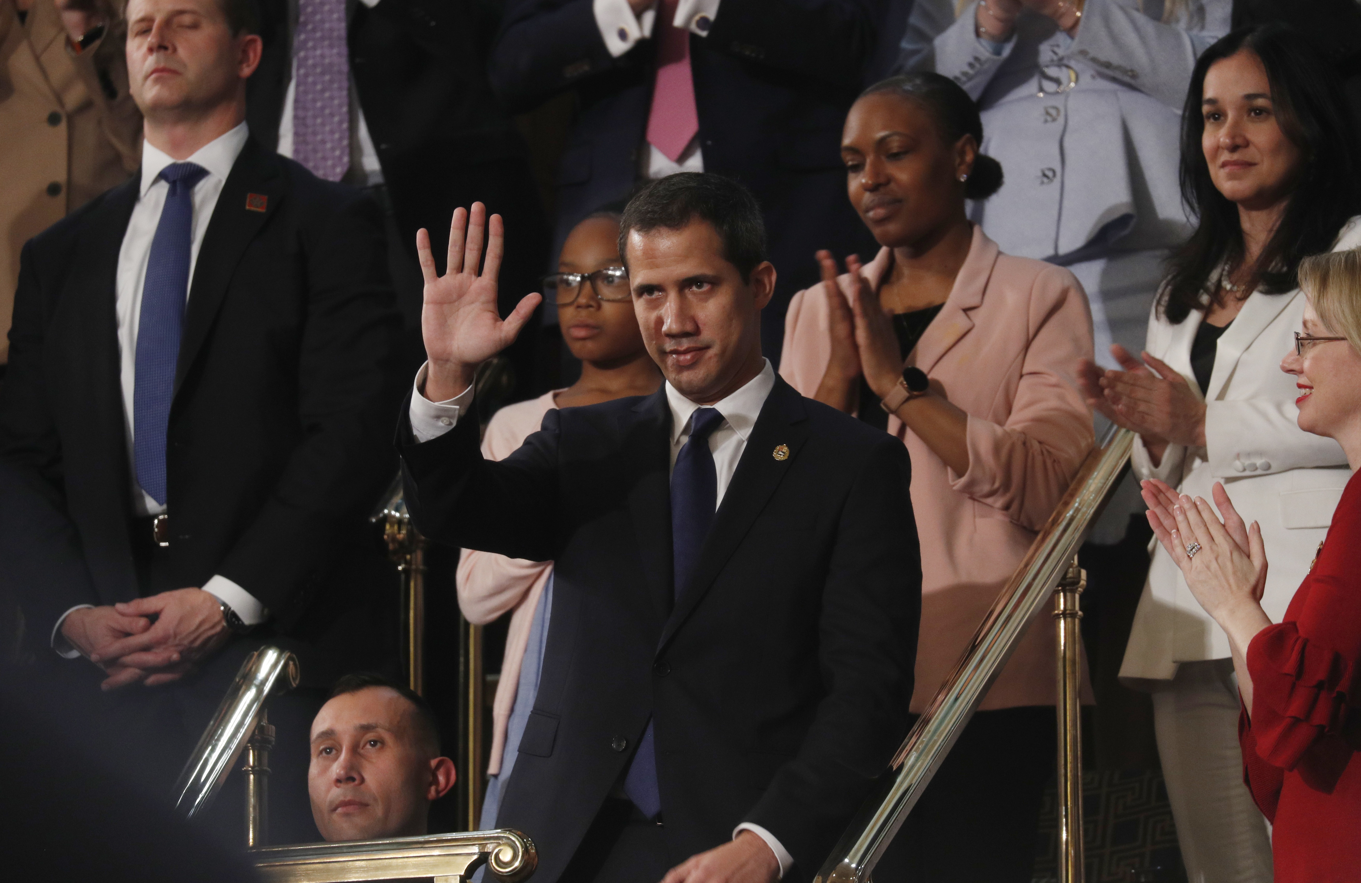 Guaidó saluda al ser ovacionado por el Congreso (REUTERS/Leah Millis/POOL)