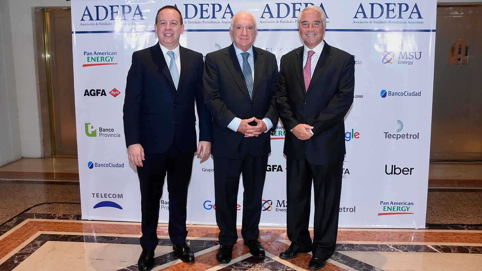 Martín Etchevers, presidente de Adepa; Norberto Frigerio, director de Relaciones Institucionales de La Nación; y Pablo Deluca, director de Asuntos Institucionales de Infobae