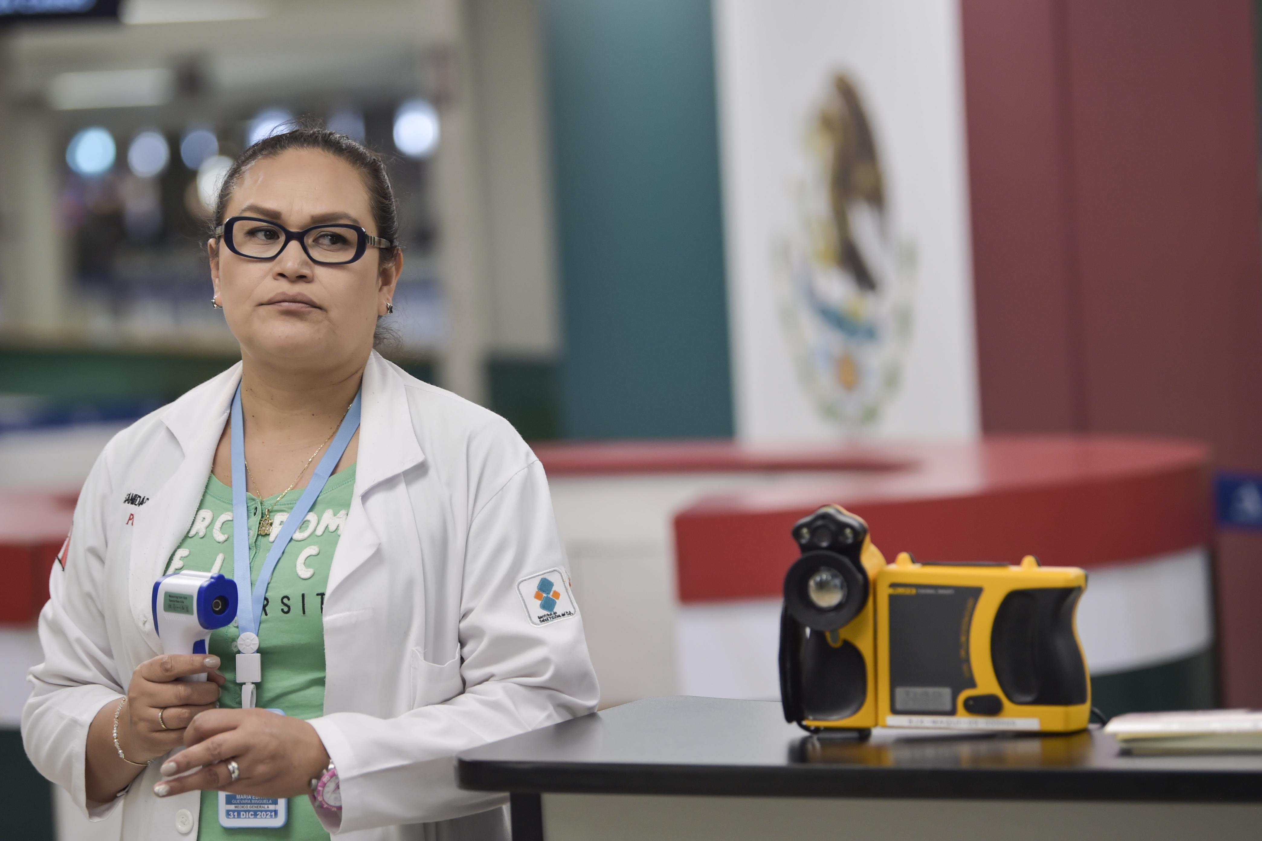 El personal de salud internacional verifica a los pasajeros con una cámara termográfica como medida preventiva contra la propagación del nuevo Coronavirus, COVID-19, en el Aeropuerto Internacional Benito Juárez de la Ciudad de México, el 13 de marzo de 2020.