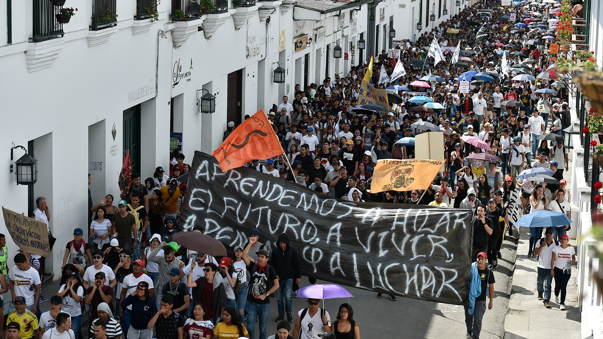 Students march during a nationwide strike called by students, unions and indigenous groups to protest against the government of Colombia's President Ivan Duque in Popayan, Cauca department, on November 21, 2019. (Photo by Luis ROBAYO / AFP)