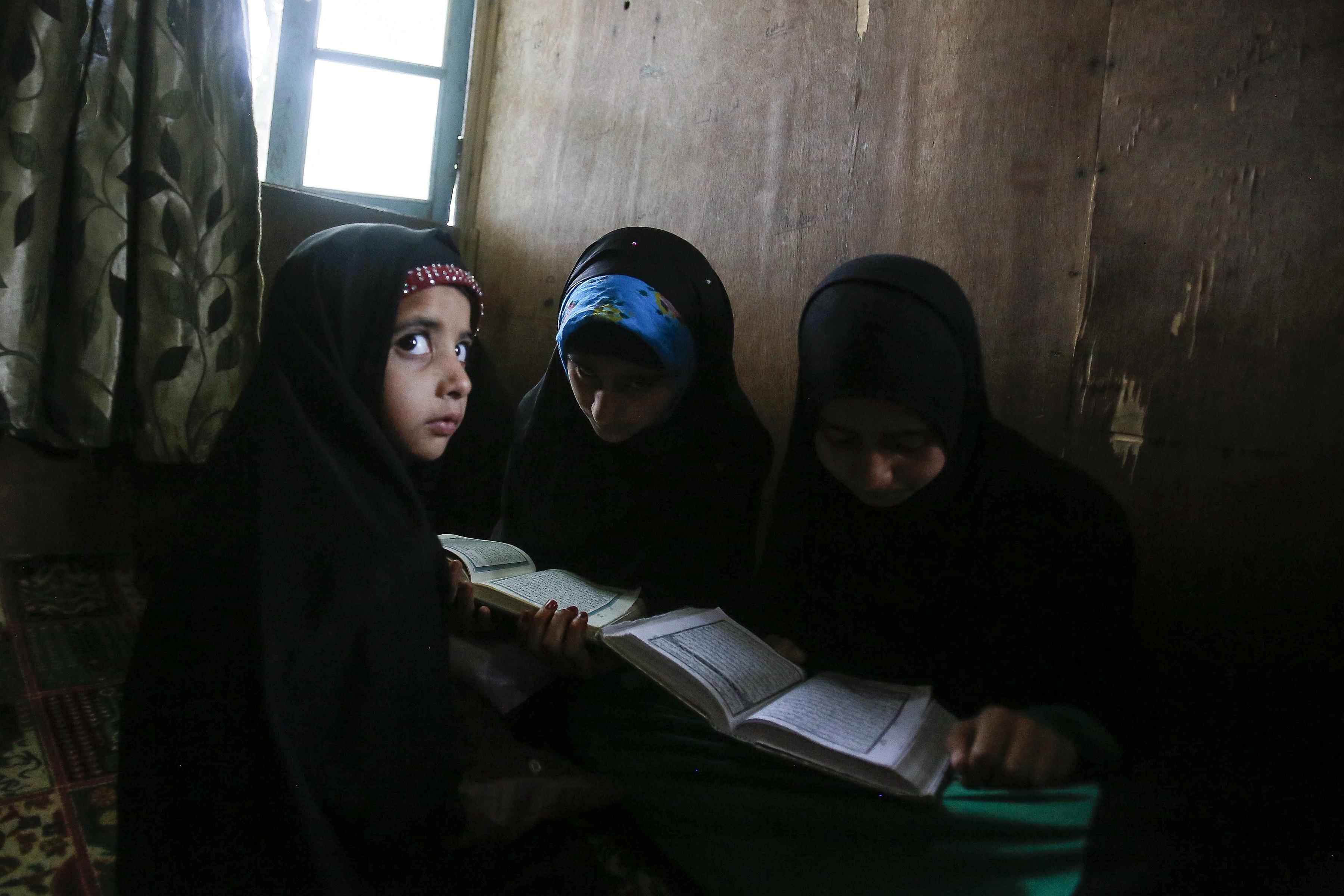 Niños musulmanes de Cachemira asisten a clases de recitación del Sagrado Corán el primer día del mes de ayuno del Ramadán en Srinagar, Cachemira controlada por la India, el 7 de mayo de 2019. (Foto AP / Mukhtar Khan)