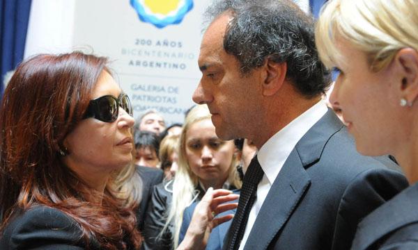 Daniel Scioli fue uno de los primeros funcionarios en llegar al funeral, aquel jueves de 2010. Junto a su pareja Karina Rabolini, el ex vicepresidente saludó a Cristina y se quedó durante horas en el círculo íntimo de personalidades que acompañó a la viuda durante horas al lado del féretro.