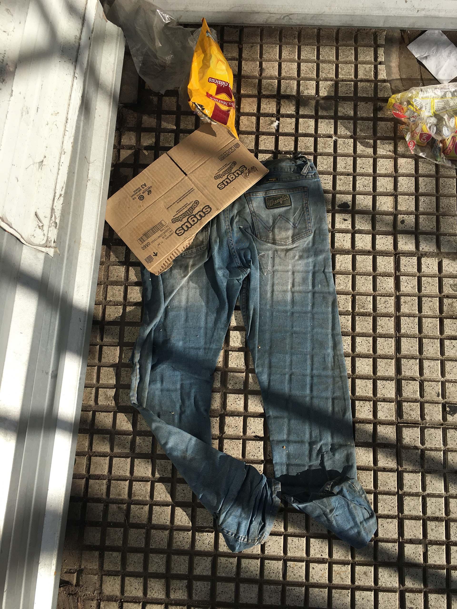 Había salido del subte en la Plaza Constitución. Giró sobre la calle Brasil y encontró contra la pared, un jean mojado y bolsas de comida alrededor. Sacó la cámara que siempre lleva consigo e inmortalizó el hallazgo: