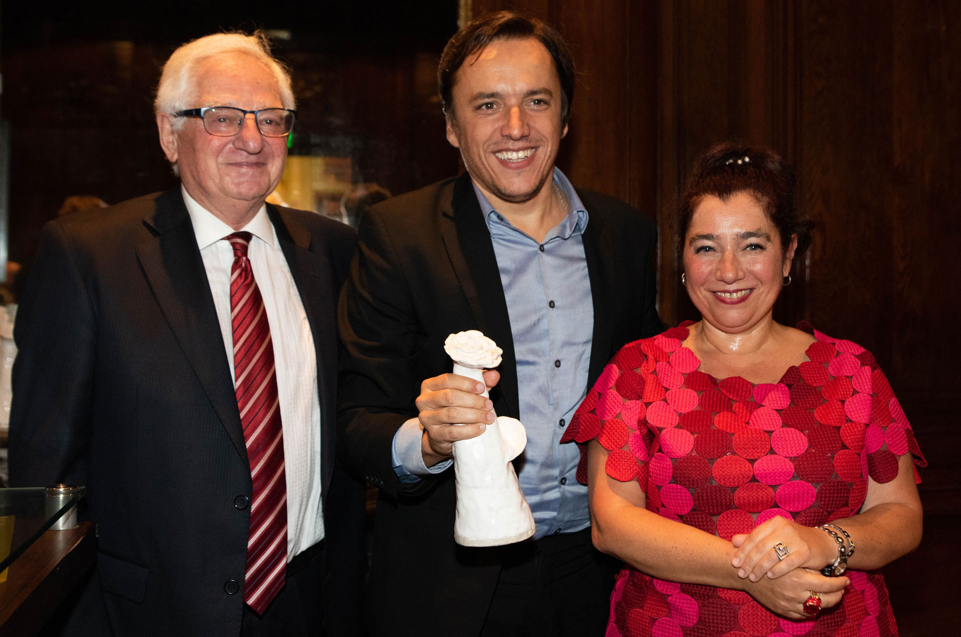 El director de Contenidos del Grupo La Nación, José del Río, recibió el premio en representación de esa empresa.