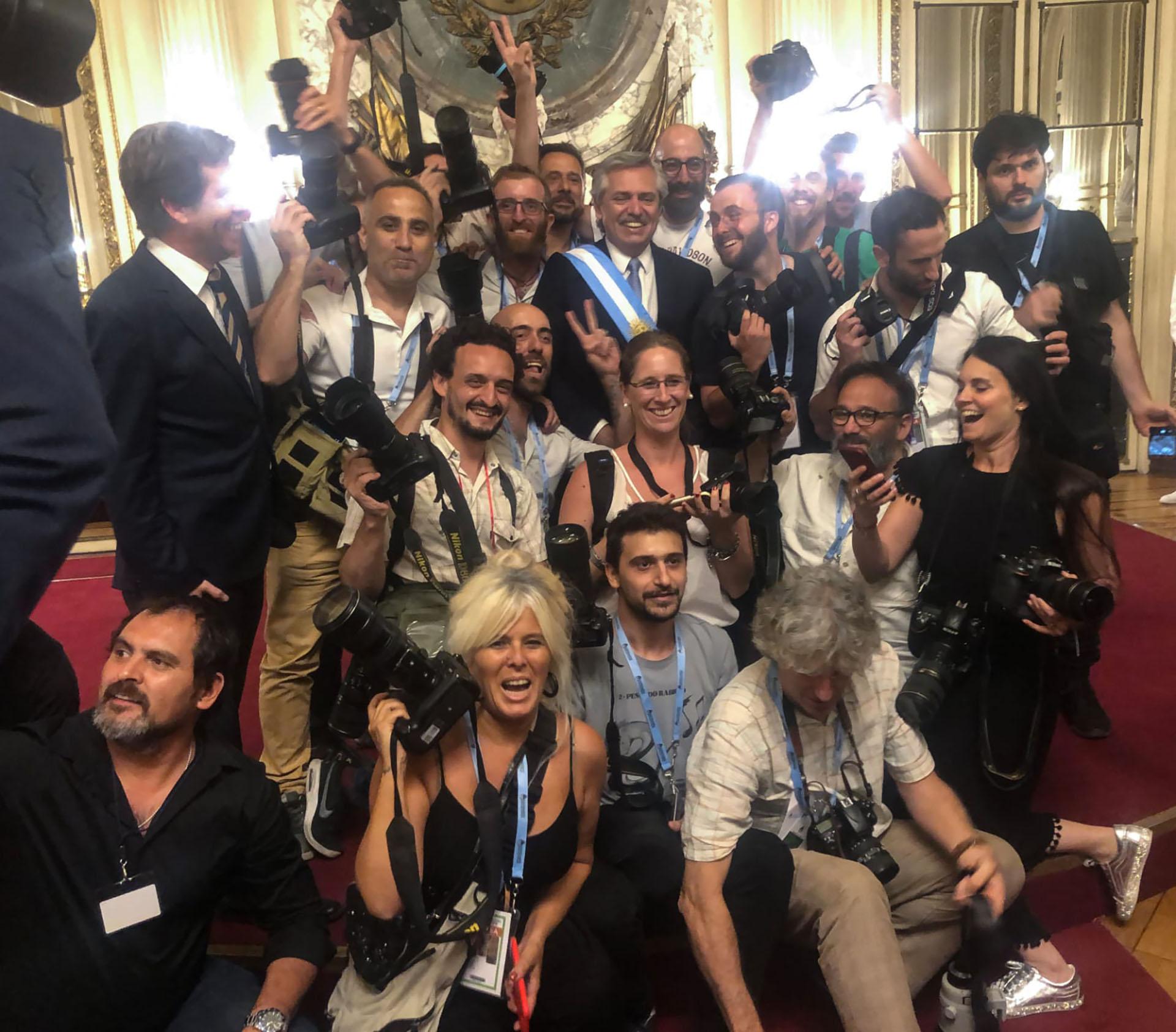 El presidente Alberto Fernández junto a los fotógrafos acreditados en Casa Rosada