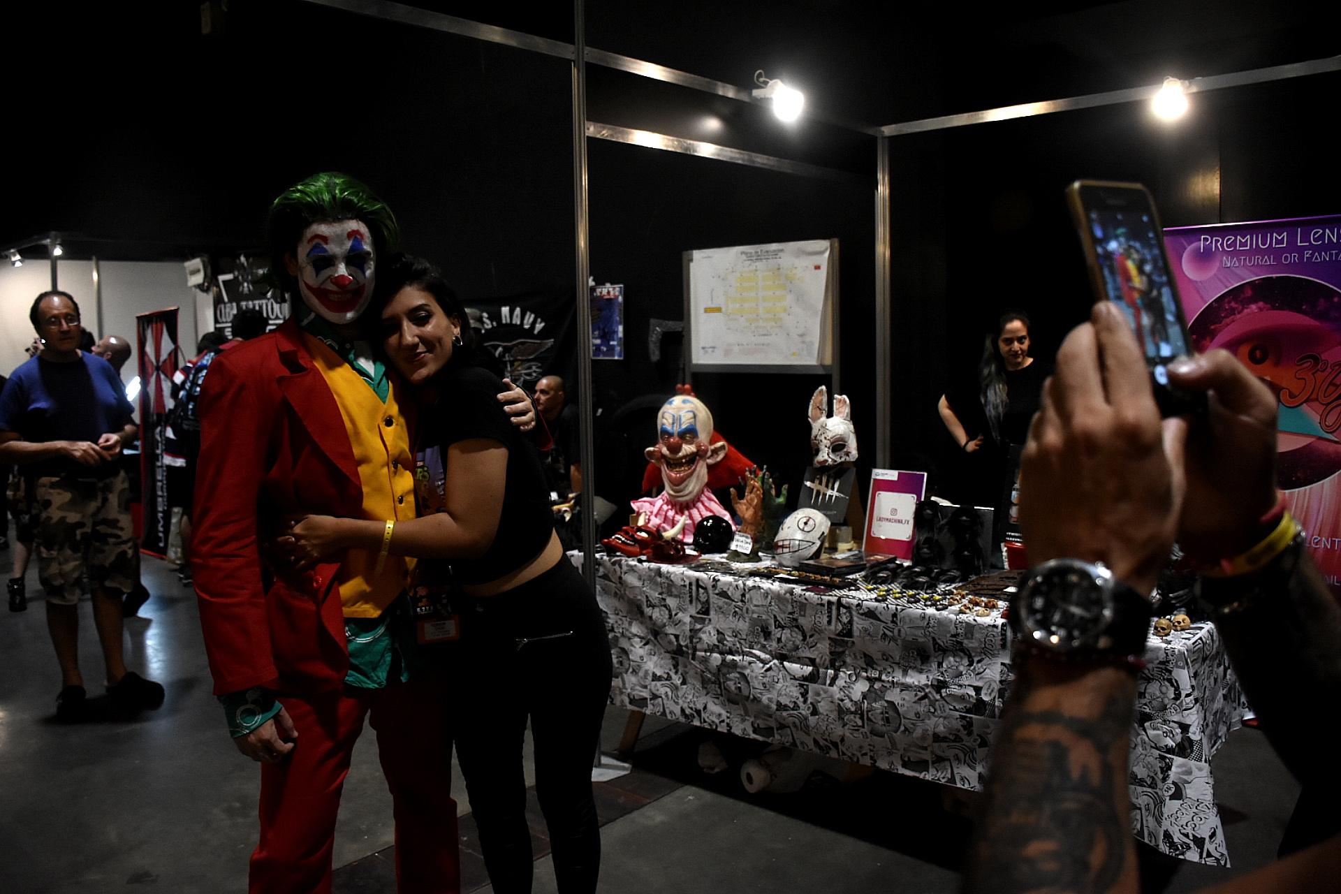 El Joker no podía faltar. Después de las 19:00 del viernes, comenzaron a llegar los personajes de historietas al Tattoo Show. En ese caso vestido del Guasón del multipremiado Joaquin Phoenix