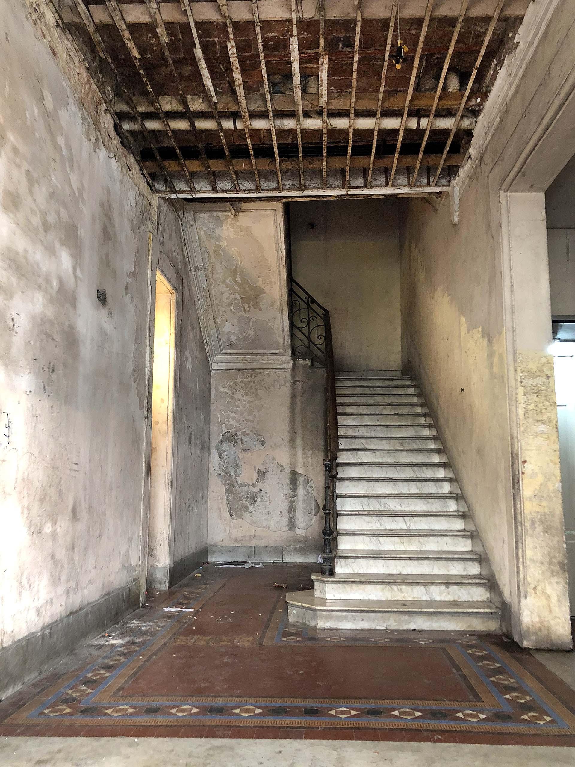 Las entrañas de un edificio en la calle Defensa, a dos cuadras de Plaza de Mayo, entre Alsina y Moreno: