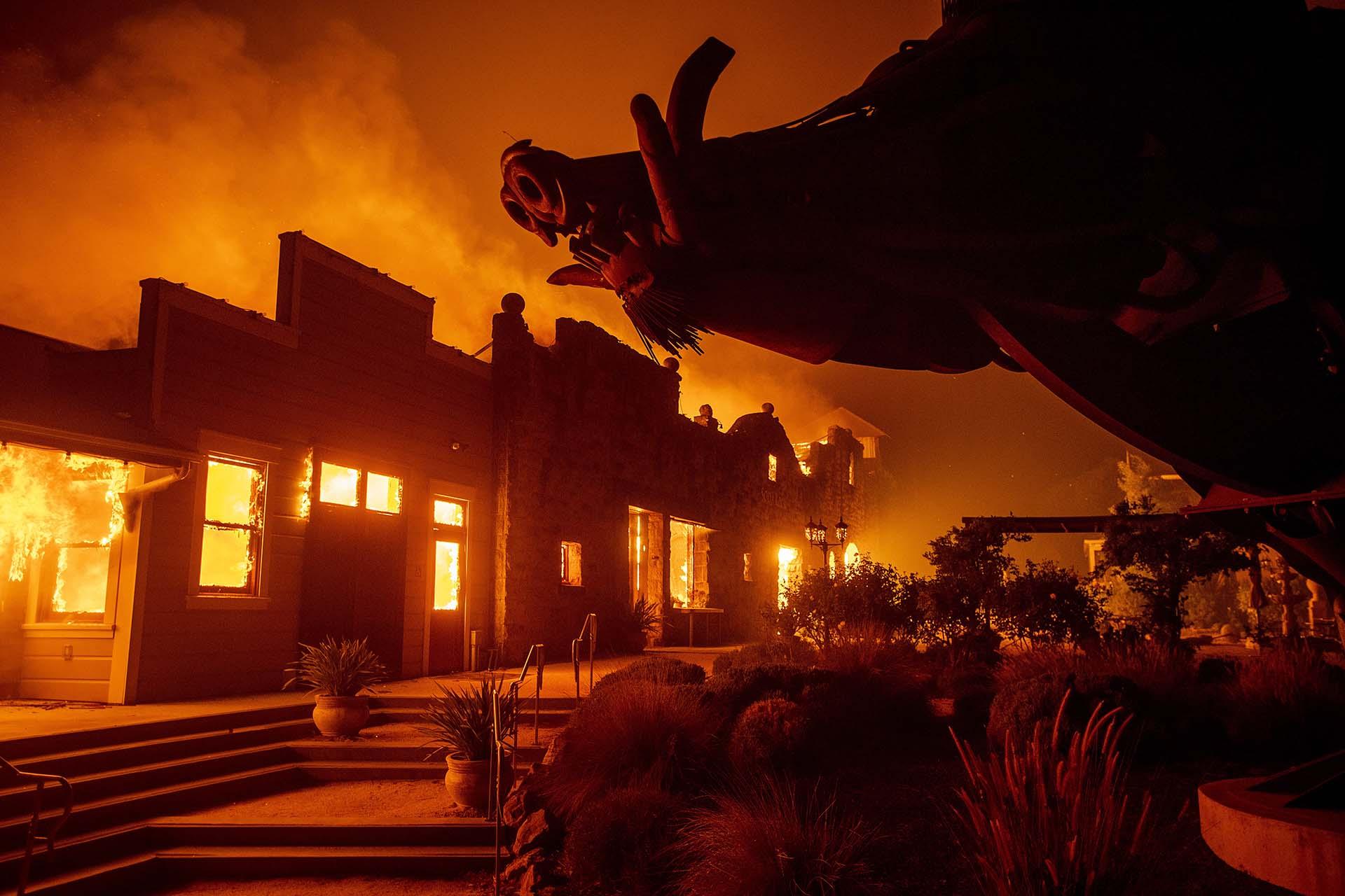 Las llamas de Kincade Fire consumen Soda Rock Winery el domingo 27 de octubre de 2019 en Healdsburg, California