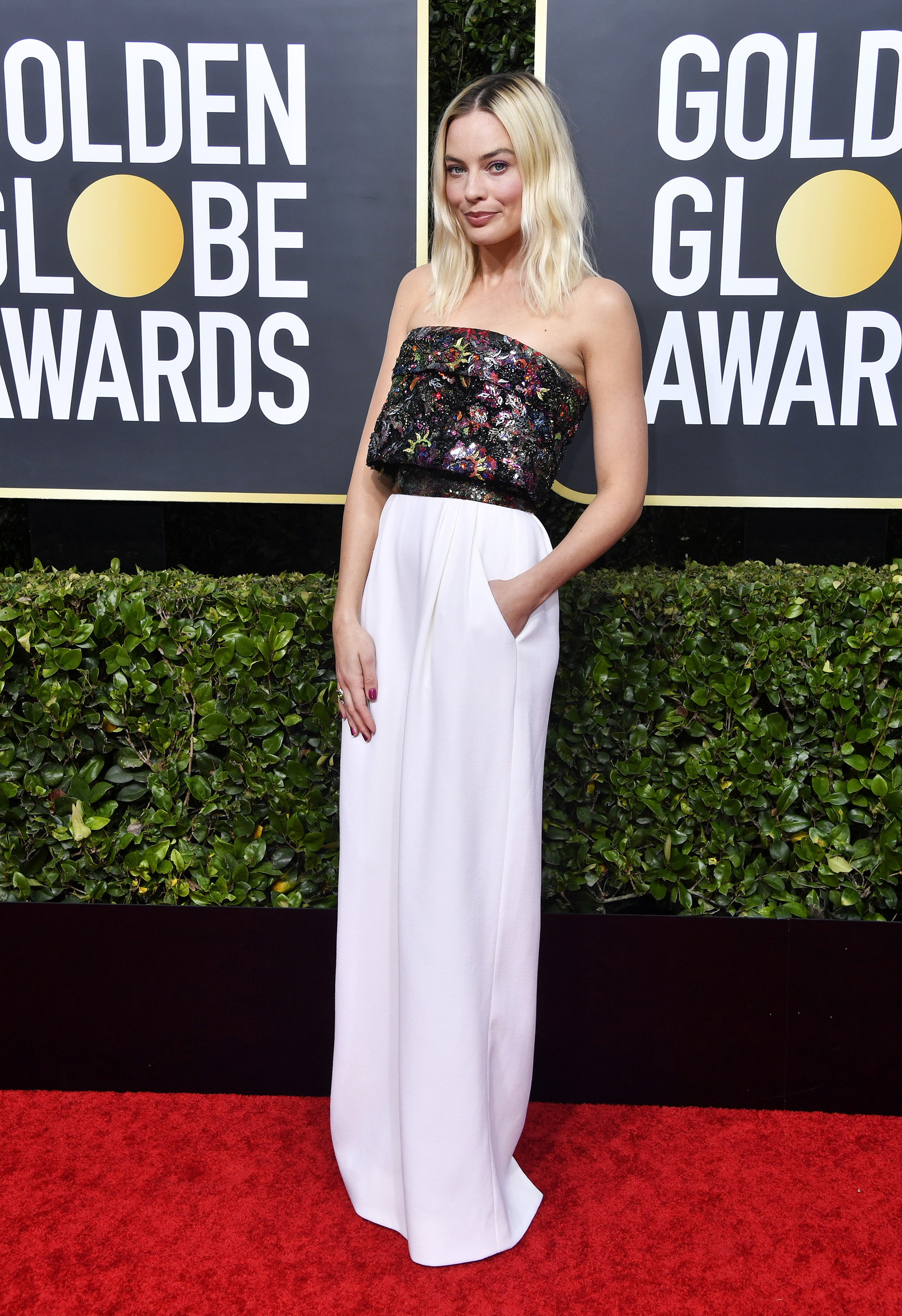 Margot Robbie optó por un vestido que combinó la tendencia del blanco con las lentejuelas. Un top íntegramente bordado y una falda con bolsillos by Chanel