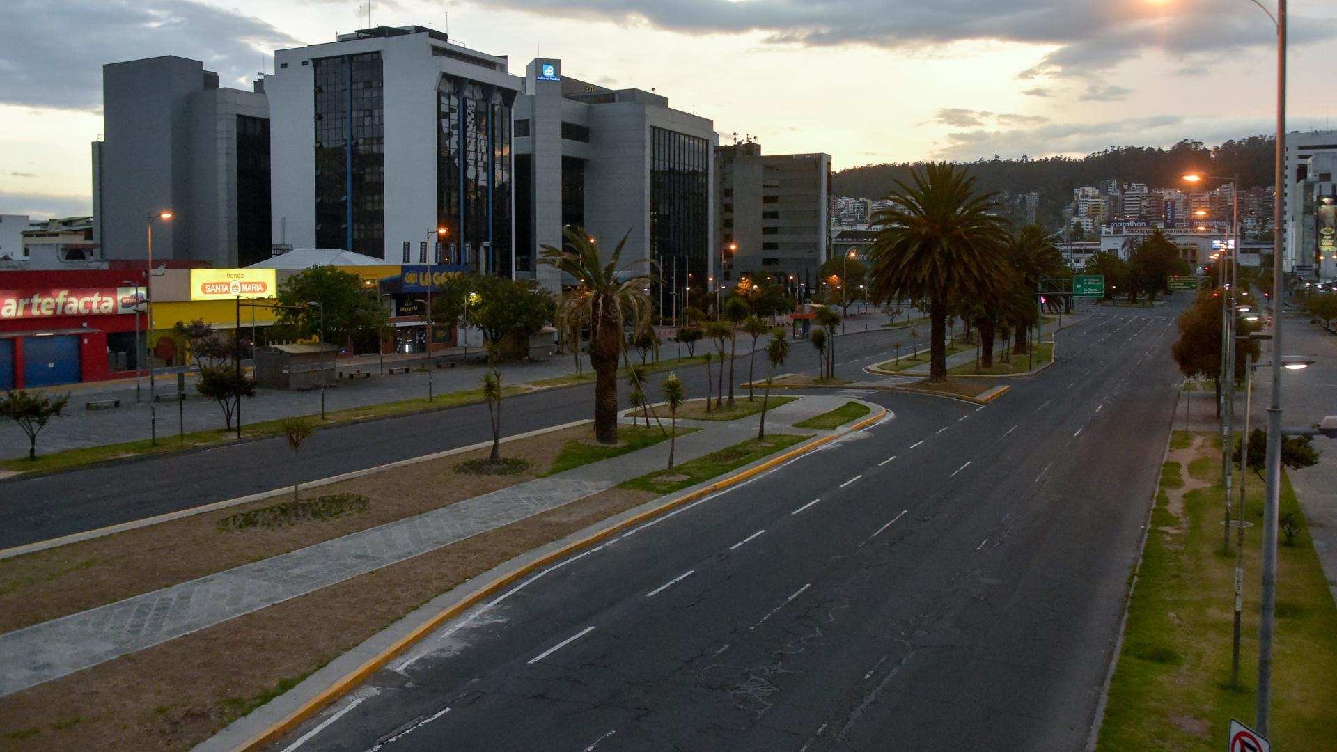 Las calles de Quito sin circulación de autos o personas tras el toque de queda decretado por el gobierno. (AFP)