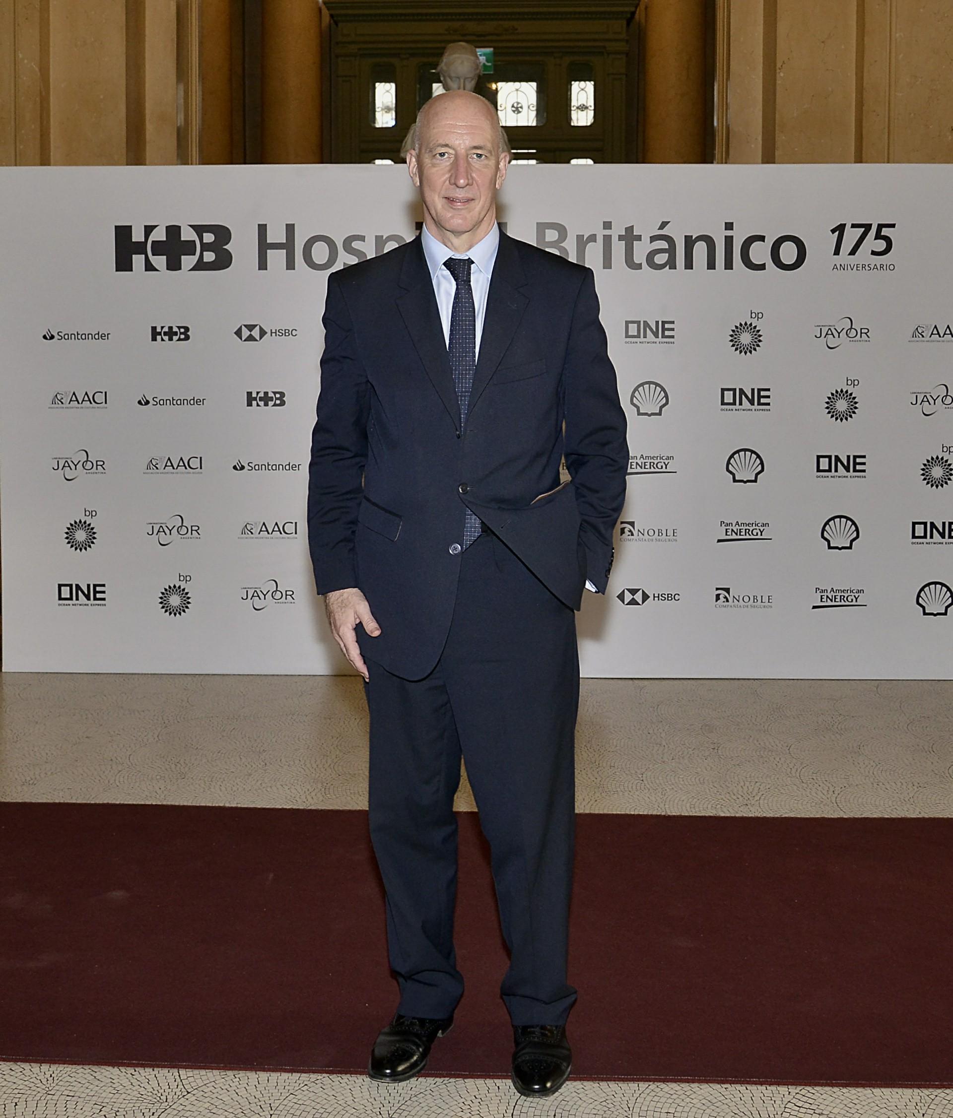 El embajador británico, Mark Kent, a su llegada al Teatro Colón, donde se llevó a cabo la gala