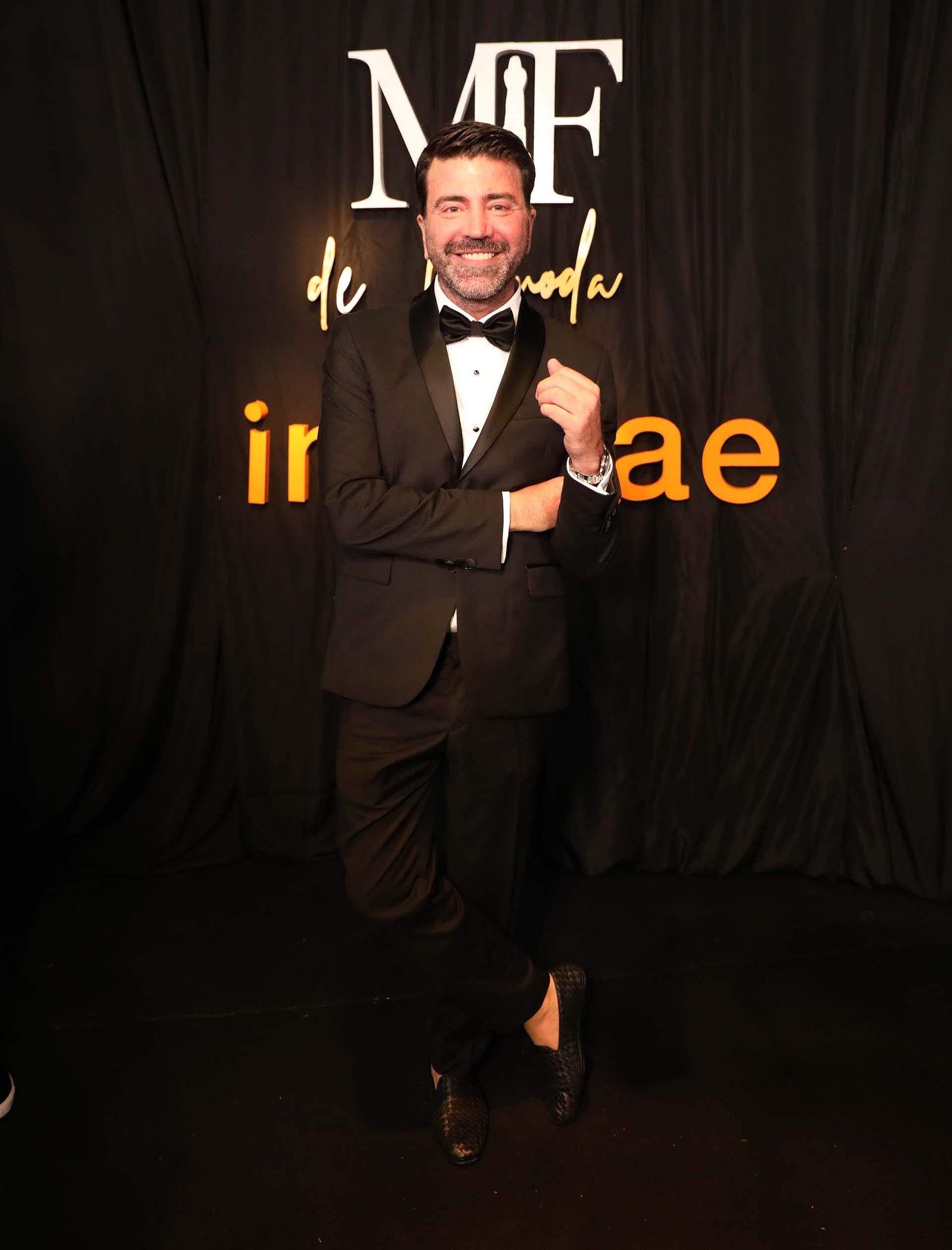 El diseñador Javier Saiach con un smoking total black