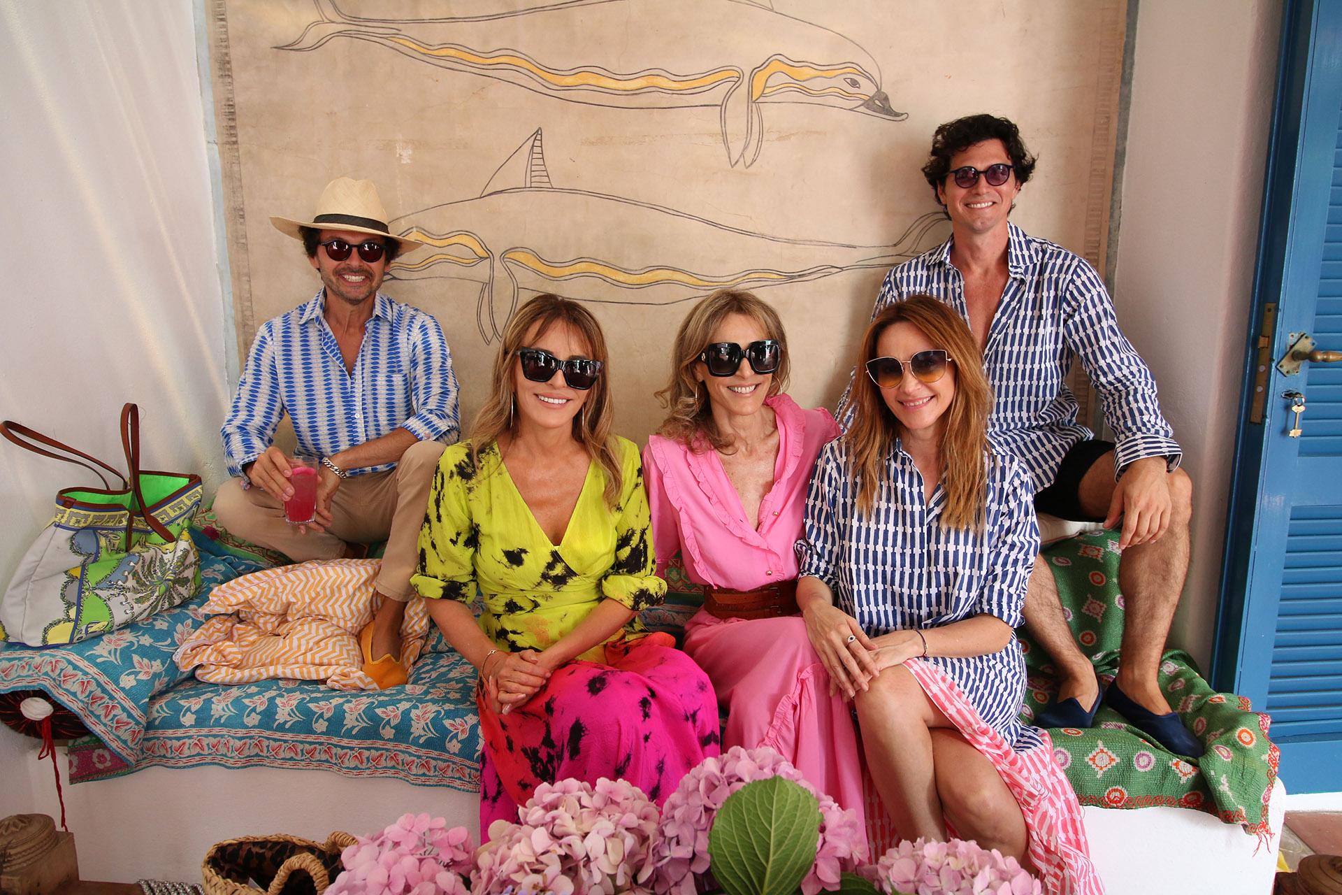 Wally Diamante y Facundo Garayalde junto a Patricia y Rossella Della Giovampaola, y Verónica Lozano en el almuerzo de Roberta Freymann