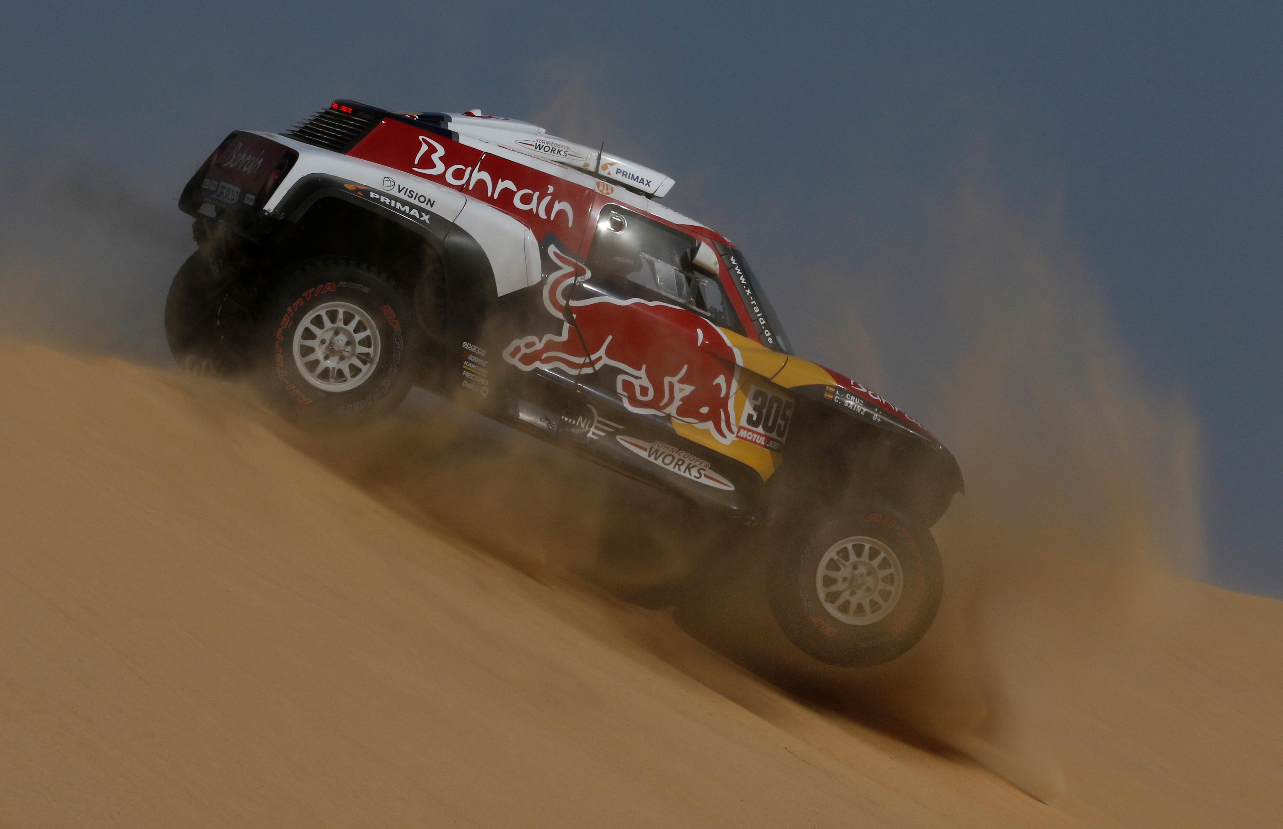 Los españoles Carlos Sainz (Mini) en autos y Joan Barreda Bort en motos (Honda) ganaron este miércoles la décima etapa del Dakar-2020, en una jornada en la que el primero consolidó su liderato en cuatro ruedas y el estadounidense Ricky Brabec (Honda) en dos