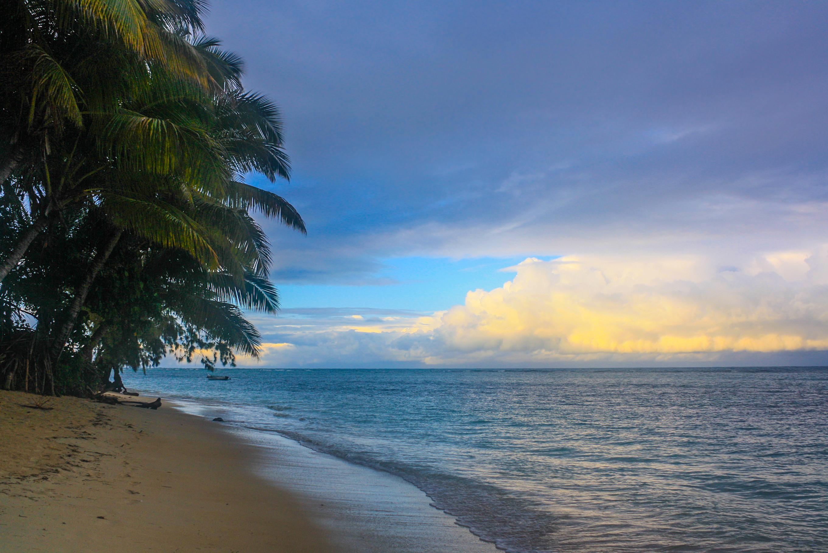 Île-aux-Nattes es una pequeña isla al sur de la Isla de Sainte-Marie, una isla en la costa este del país africano de Madagascar. Si se ha soñado con islas tropicales paradisíacas, Île aux Nattes es la materialización de ese sueño. Situada en la punta de Île Sainte Marie, se llega tras una corta travesía en piragua o, con la marea baja, dando un tranquilo paseo. Es el sitio ideal para venir a no hacer nada de nada, salvo mecerse en una hamaca en Chez Sika, tumbarse en la playa y nadar