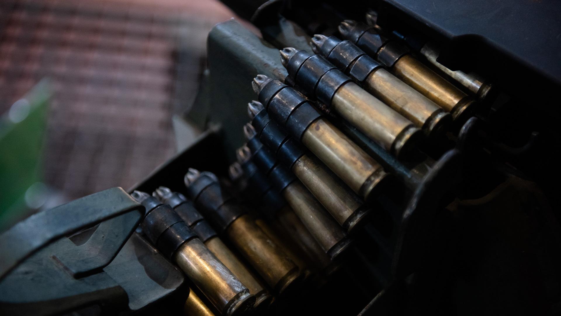 Detalle del sistema de aprovisionamiento de municiones de la ametralladora pesada utilizada en Malvinas