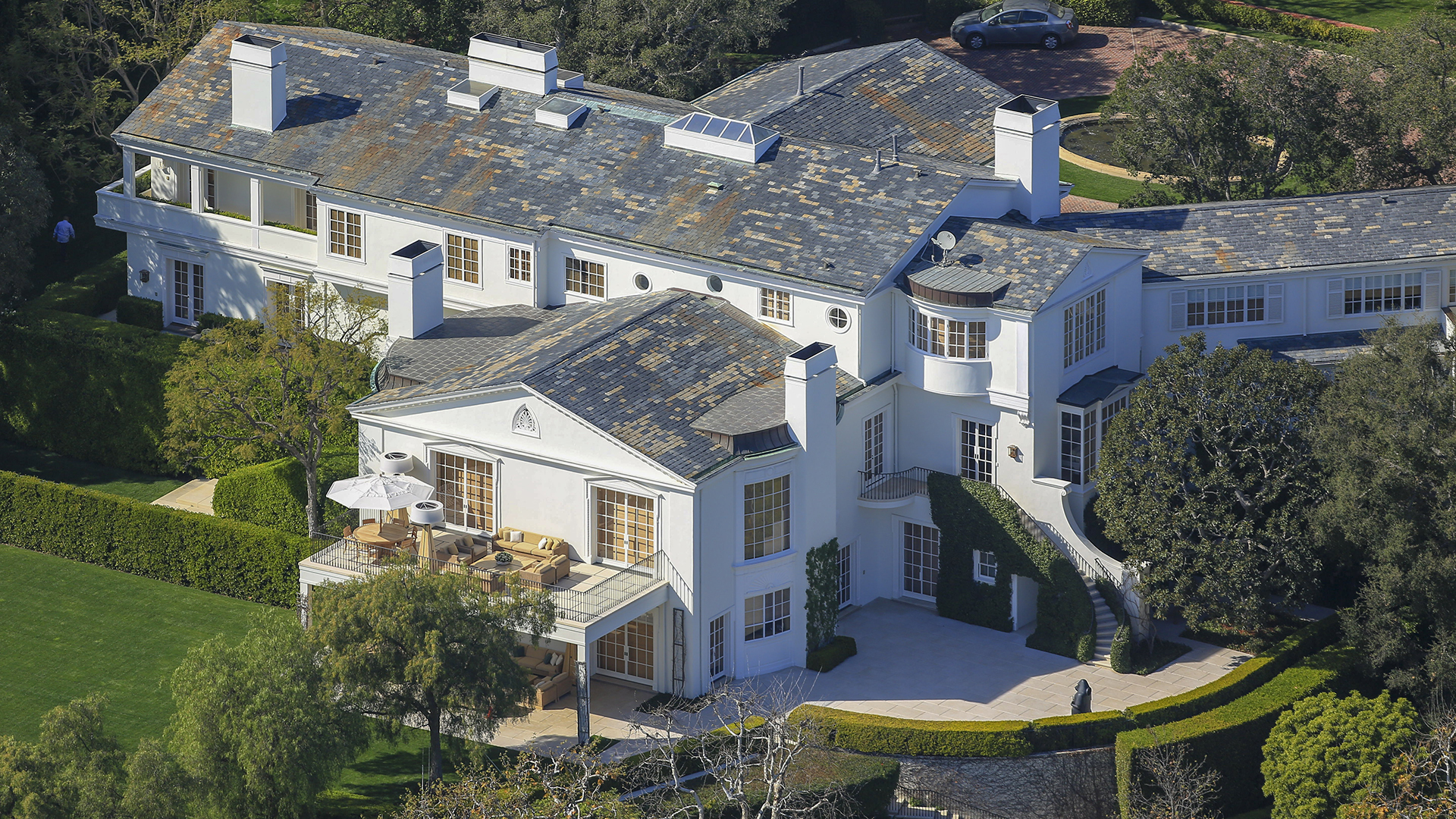 La propiedad fue diseñada en 1930 como residencia del primer presidente de los estudios Warner Bros., Jack Warner, y entre otros lujos cuenta con su propio campo de golf
