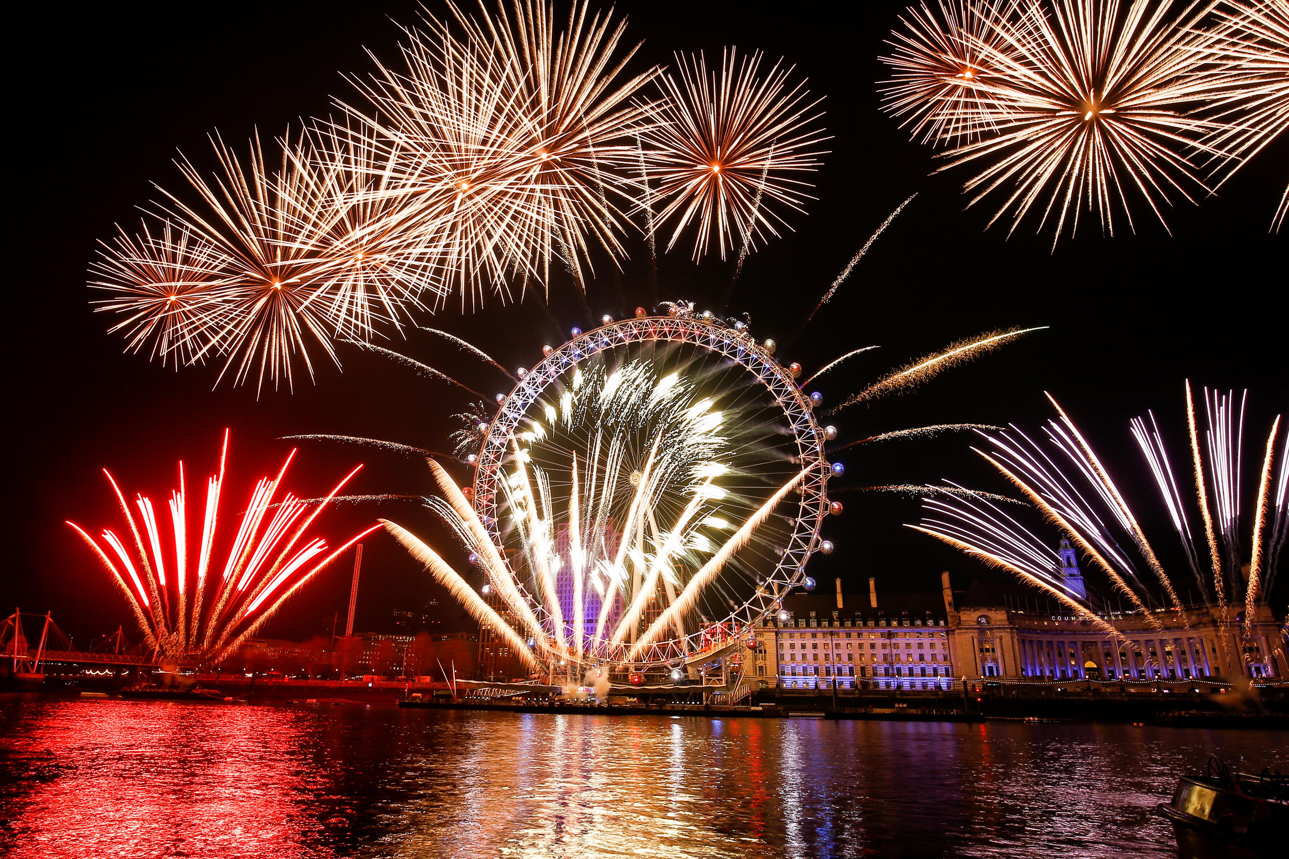 Los británicos festejaron la llegada del 2020 con un espectáculo de fuegos artificiales junto al London Eye (REUTERS/Henry Nicholls)