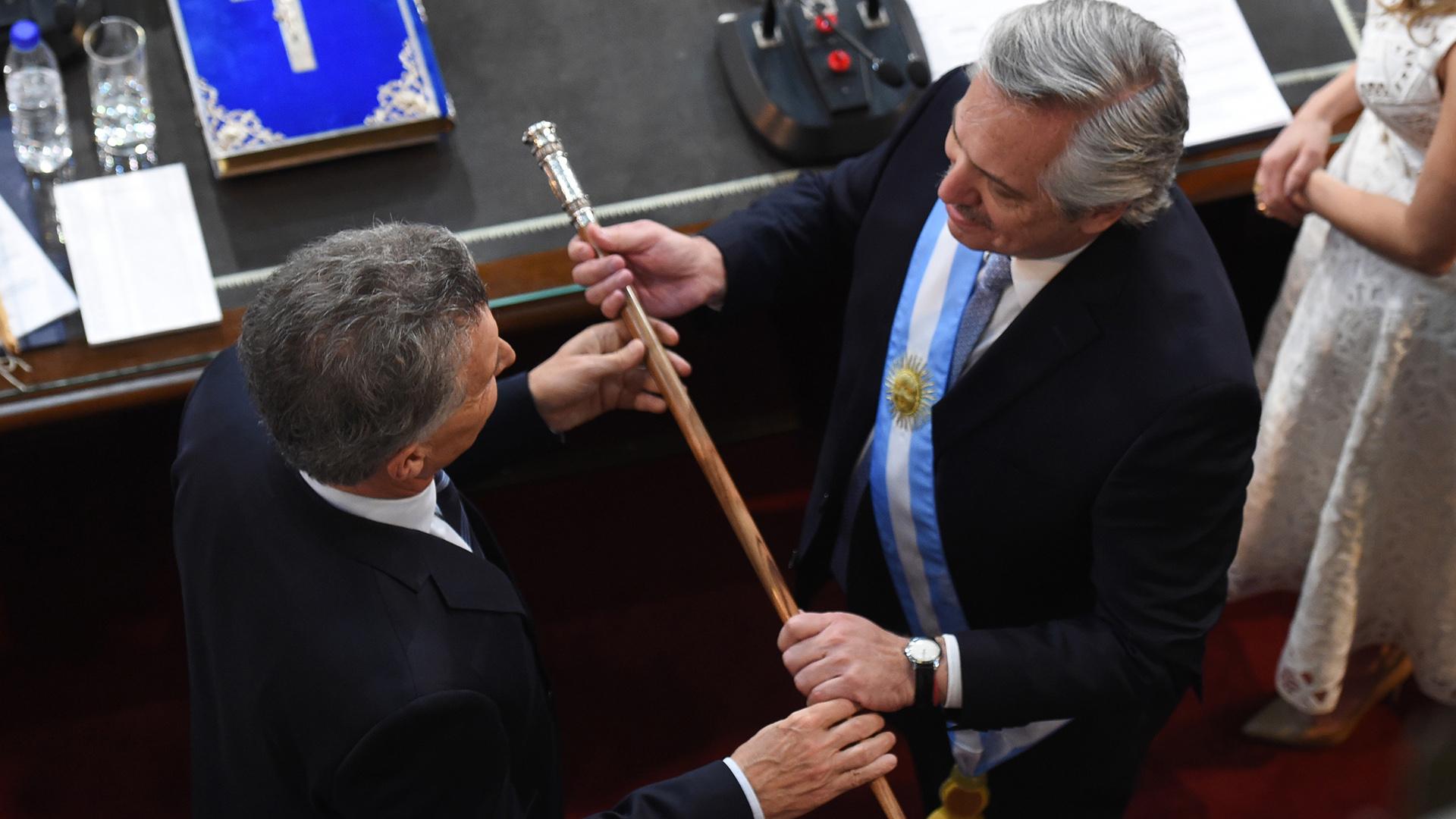 El traspaso presidencial se hizo en el Congreso. Aquí, Mauricio Macri le entrega el bastón presidencial a Alberto Fernández.