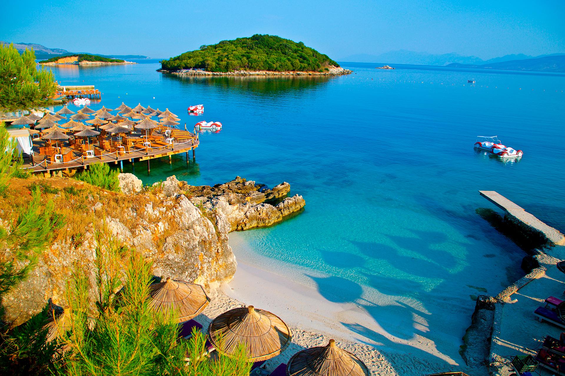 La ciudad portuaria de Saranda emerge como la pequeña capital de esta zona tan cercana a Grecia. Situada entre el mar Jónico y montes llenos de olivares, la localidad está en una bahía en forma de herradura, bordeada de playas y un paseo marítimo