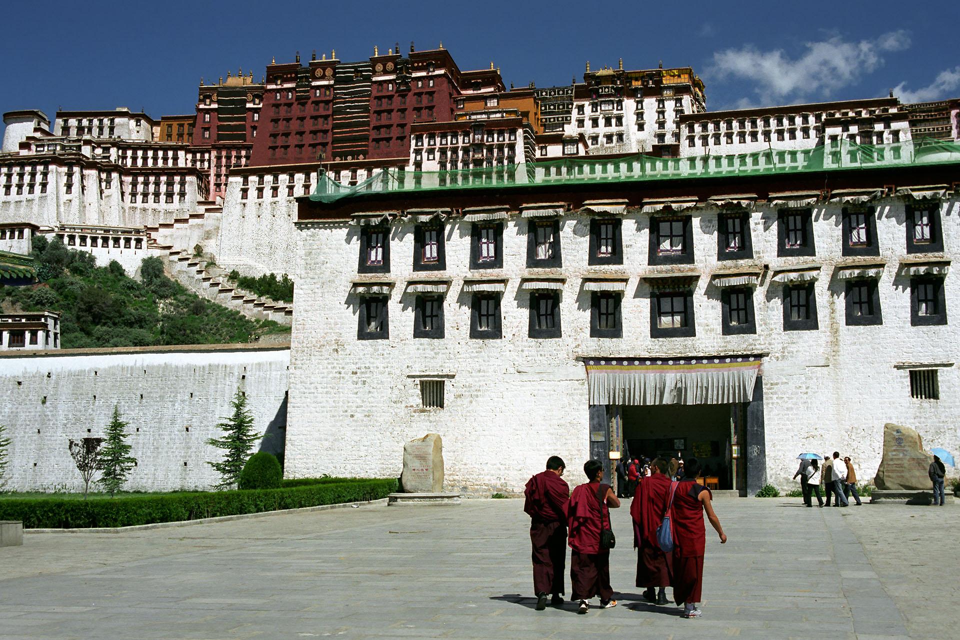 El Palacio Blanco o Potrang Karpo constituye la residencia del Dalái Lama. Comenzó a construirse durante el gobierno del Quinto Dalái Lama, trasladándose aquí con su gobierno en 1649