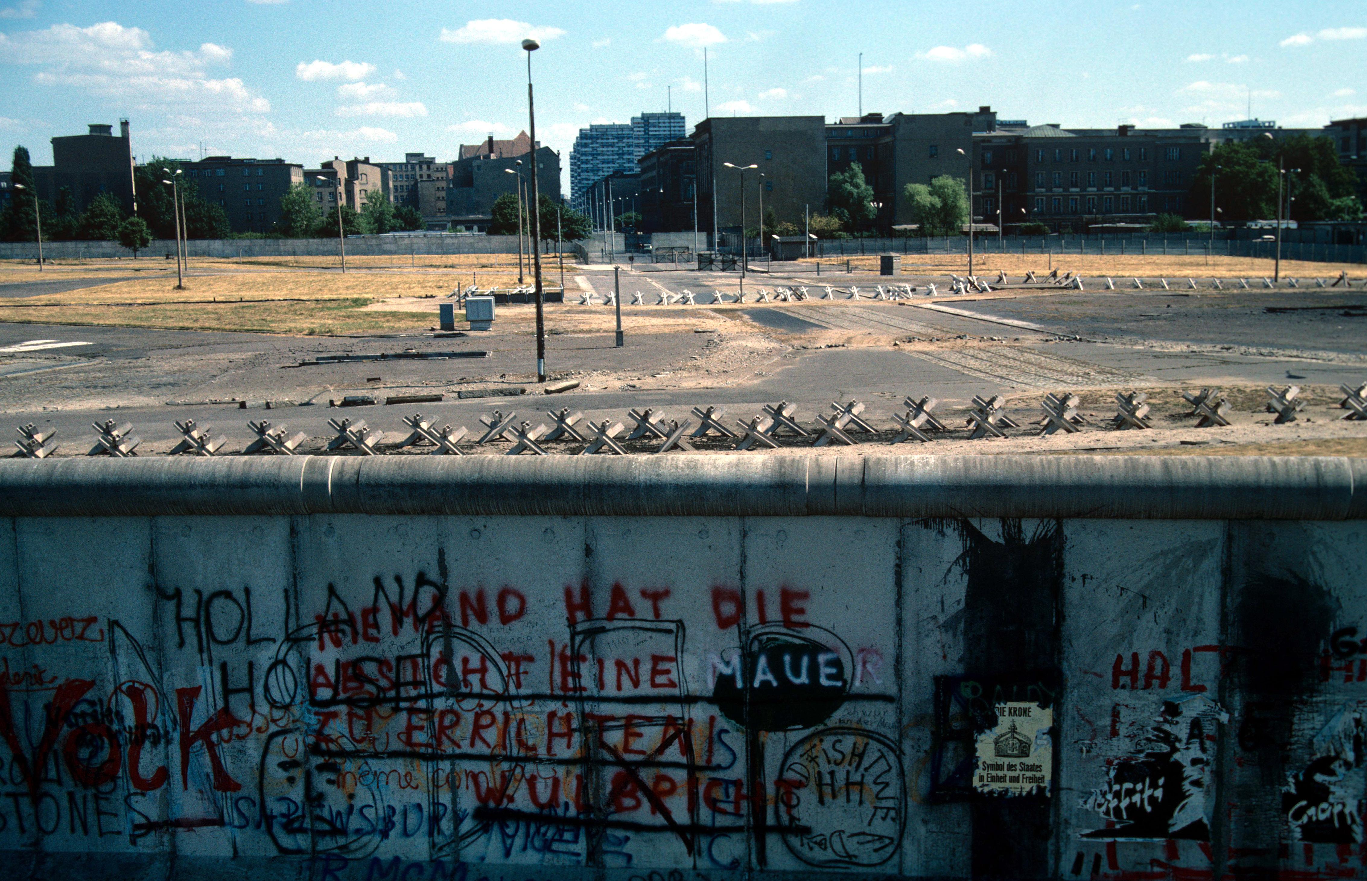 Una vista de Berlín Oriental a través del muro en 1982