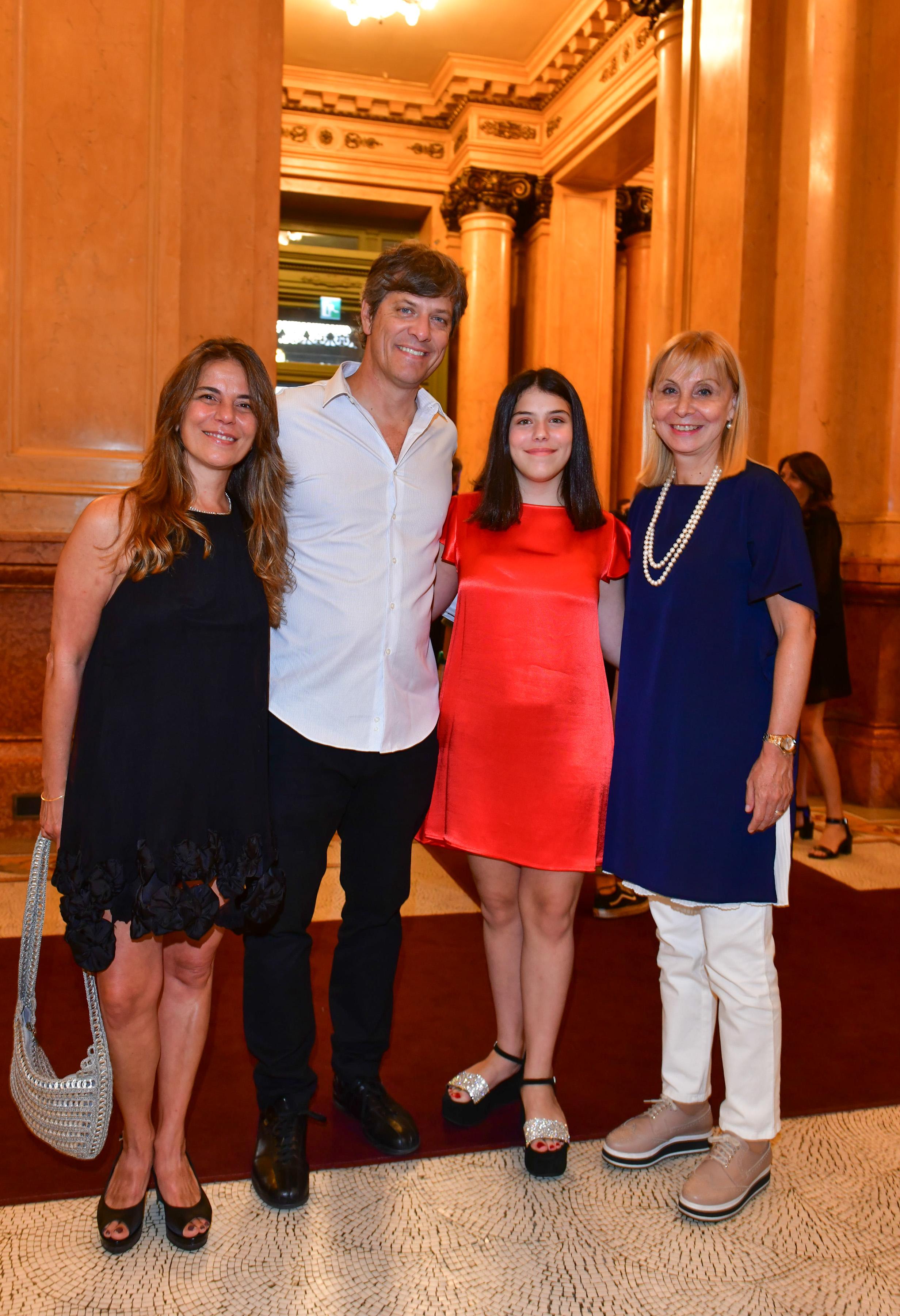 Mario Pergolini y su mujer Dolores Galán junto a su hija Valentina Pergolini y la directora general del Teatro Colón, María Victoria Alcaraz