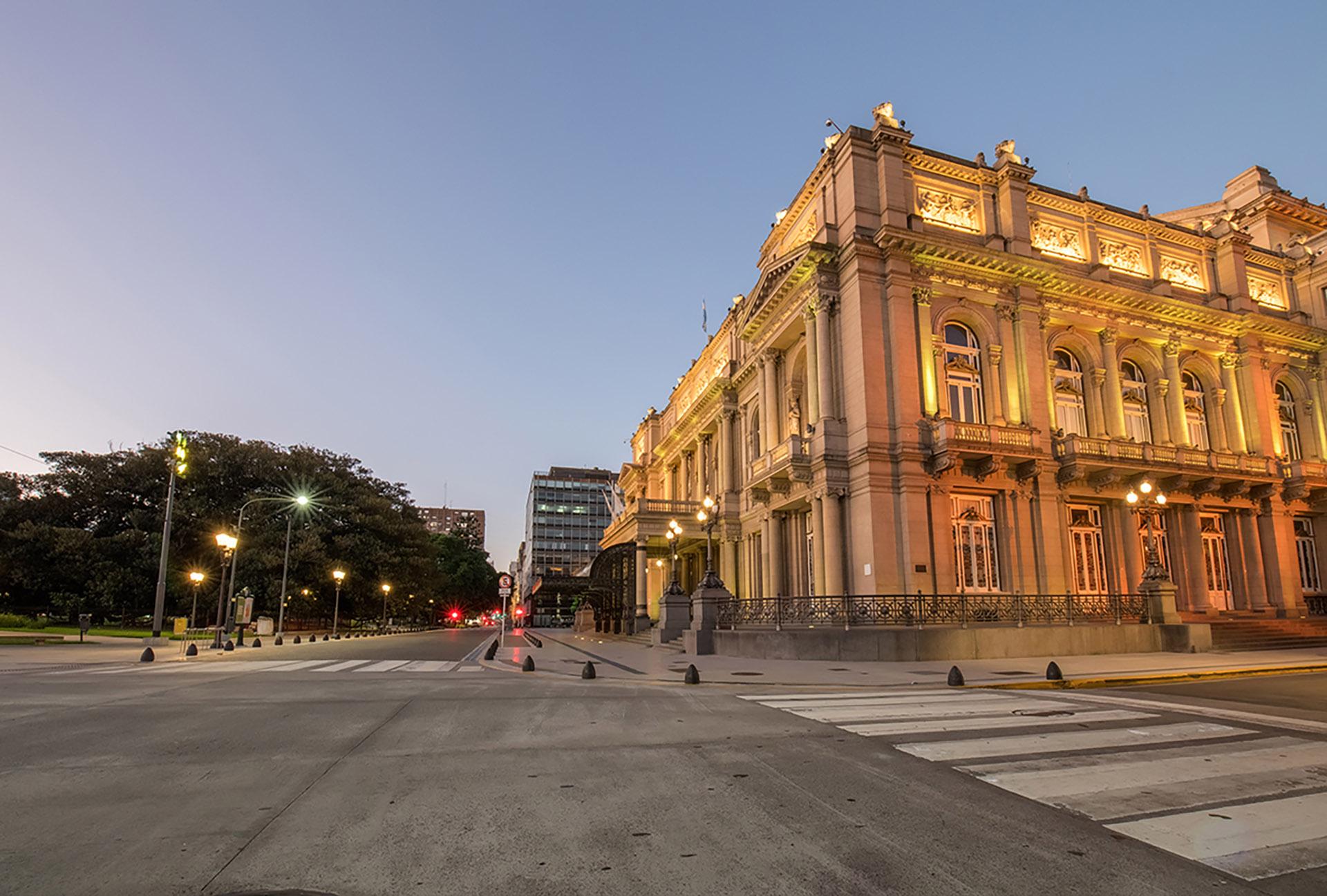 El Teatro Colón frente a la Plaza Lavalle