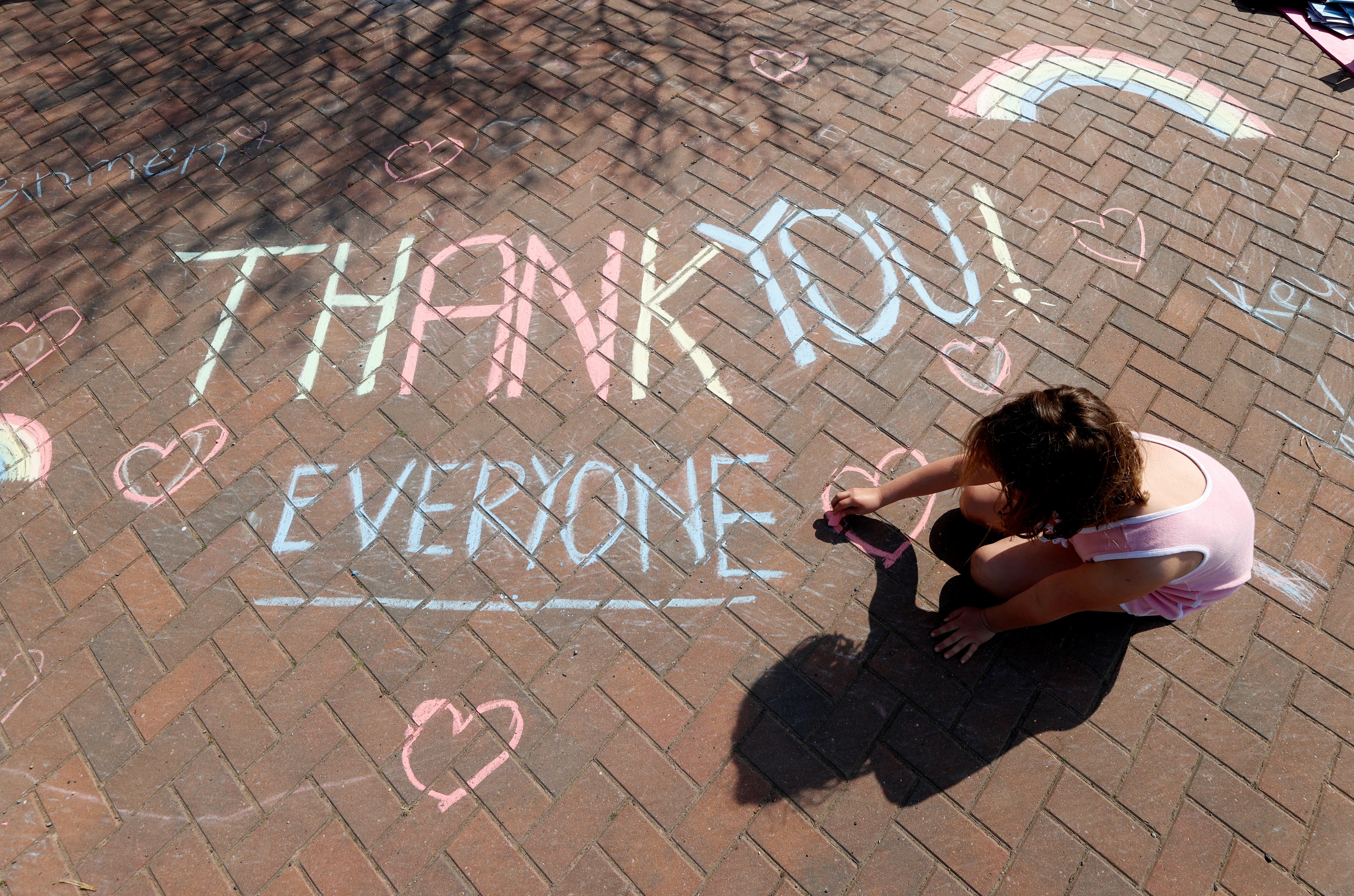 Un niña escribe un mensaje en Broadway, Reino Unido (REUTERS/Eddie Keogh)