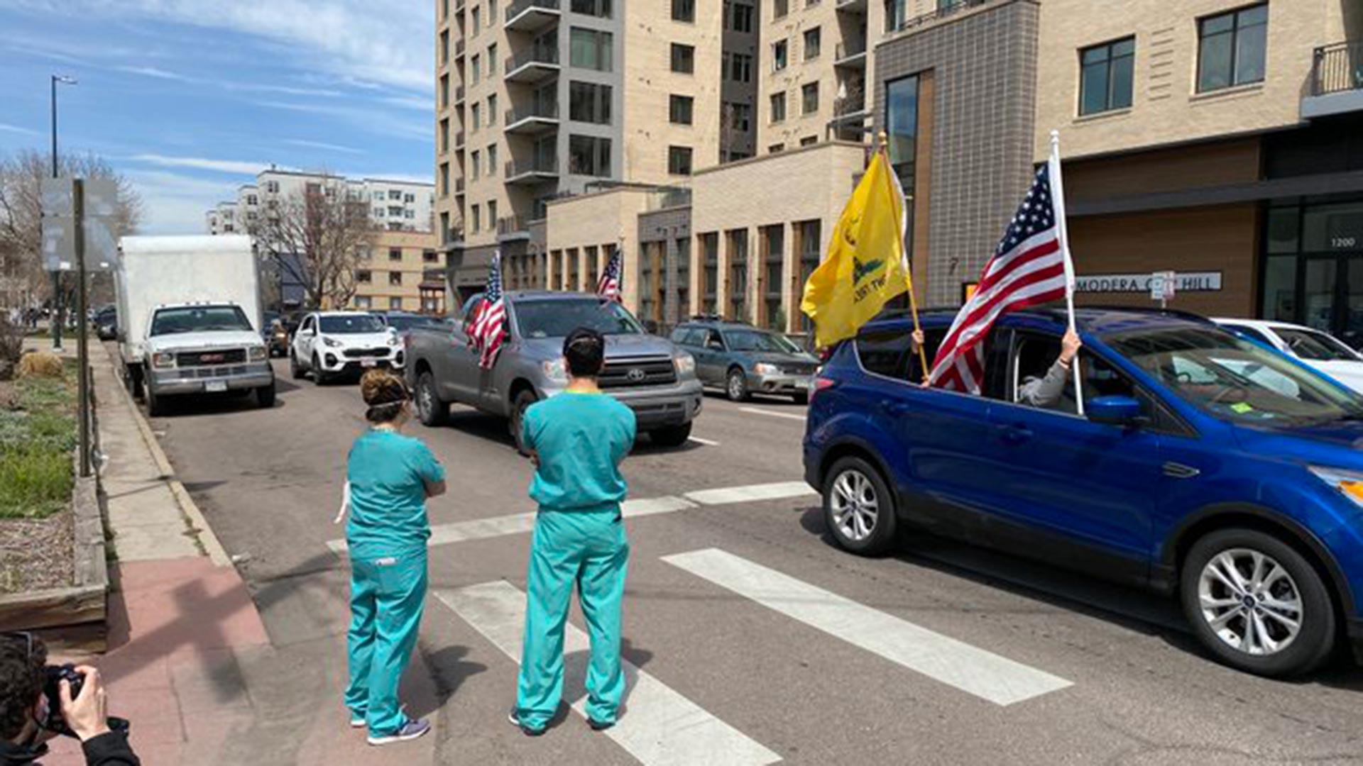 Según los reportes locales, los enfermeros llegaron a ser insultados por los manifestantes (@dcwoodruff)