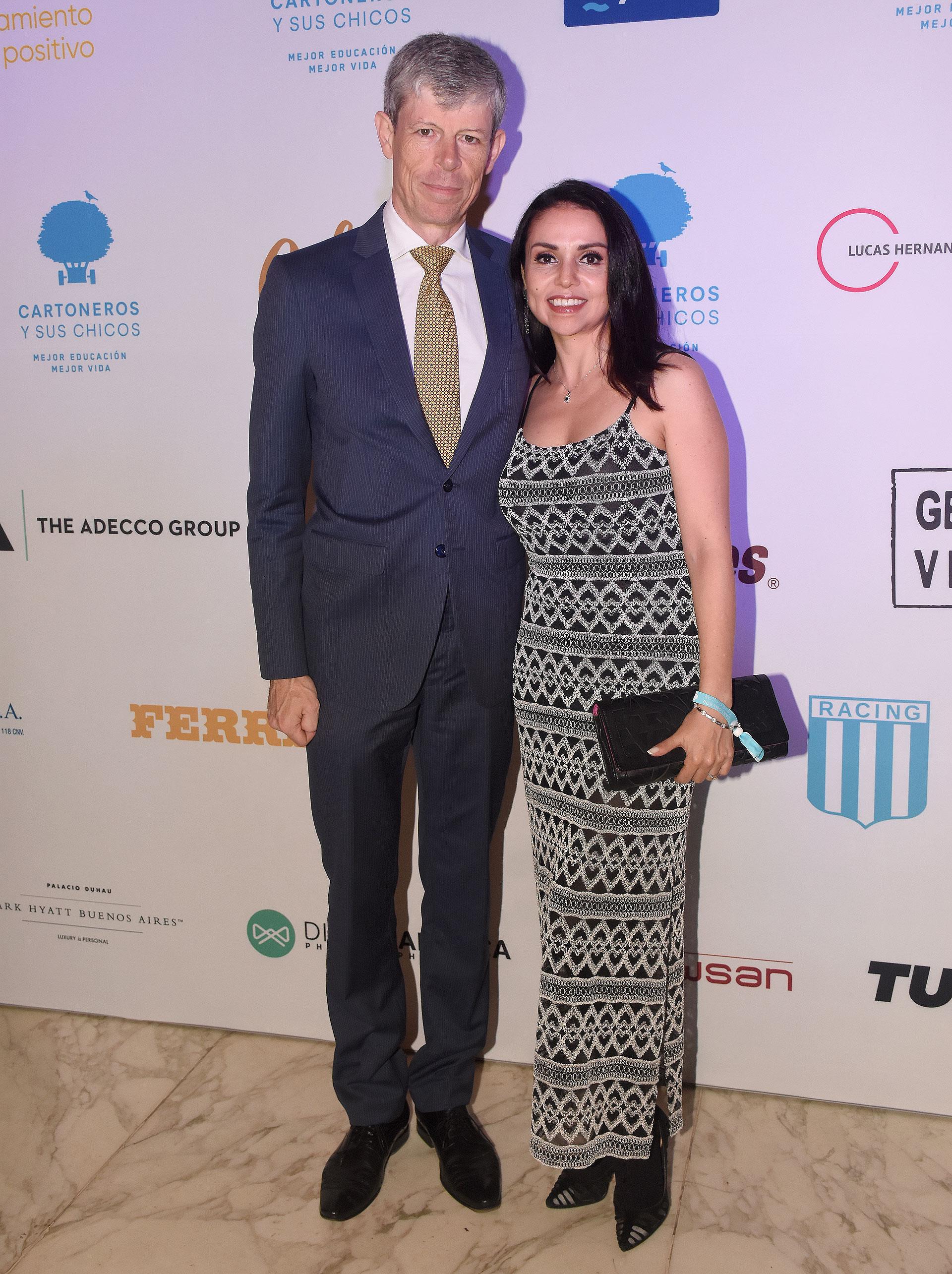 Renata Jacobs junto al embajador de Suiza en la Argentina, Heinrich Schellenberg, y su mujer Grisel Sandoval Schellenberg