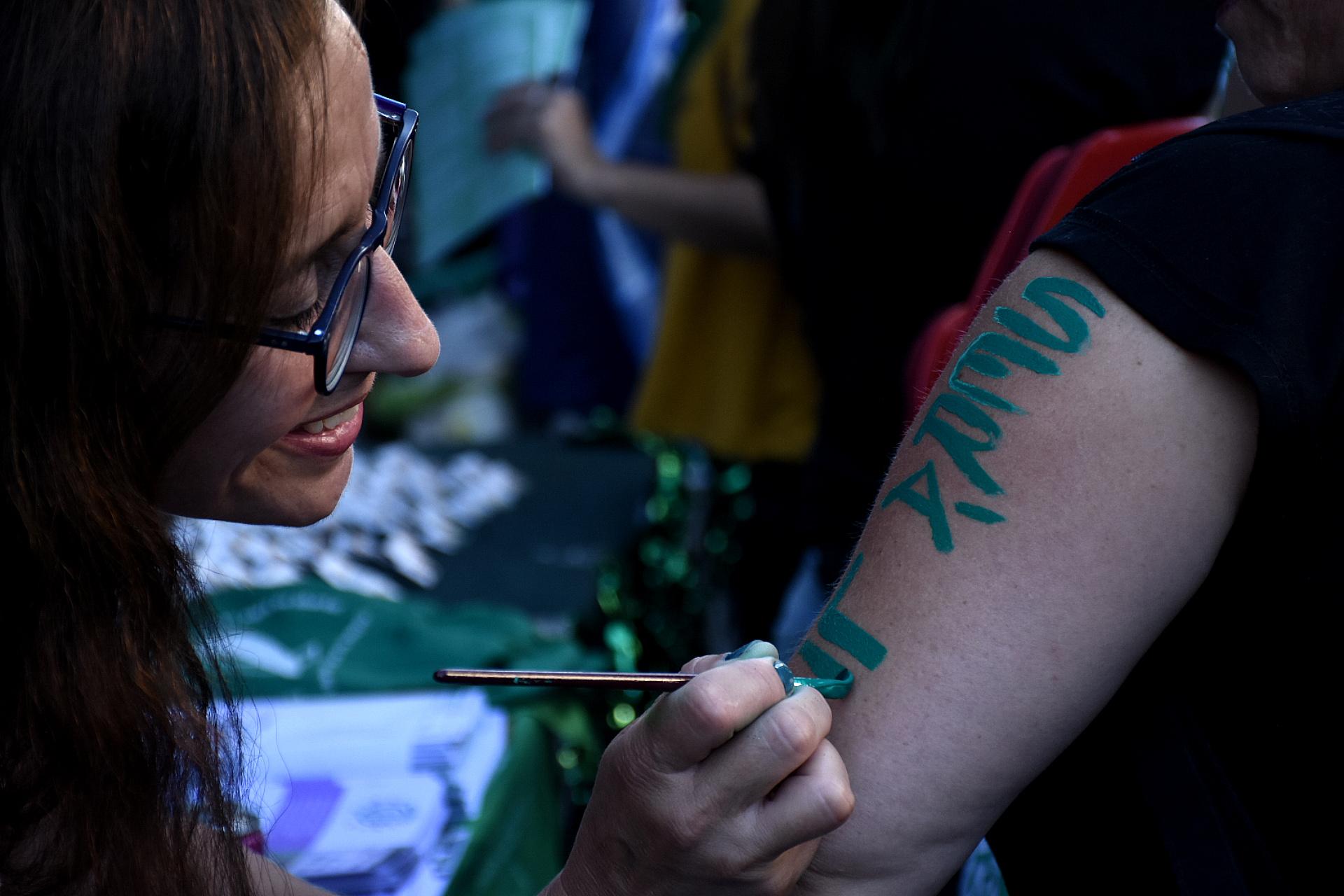 Algunos se los presentes se pintaron el cuerpo para exponer un mensaje a favor del aborto