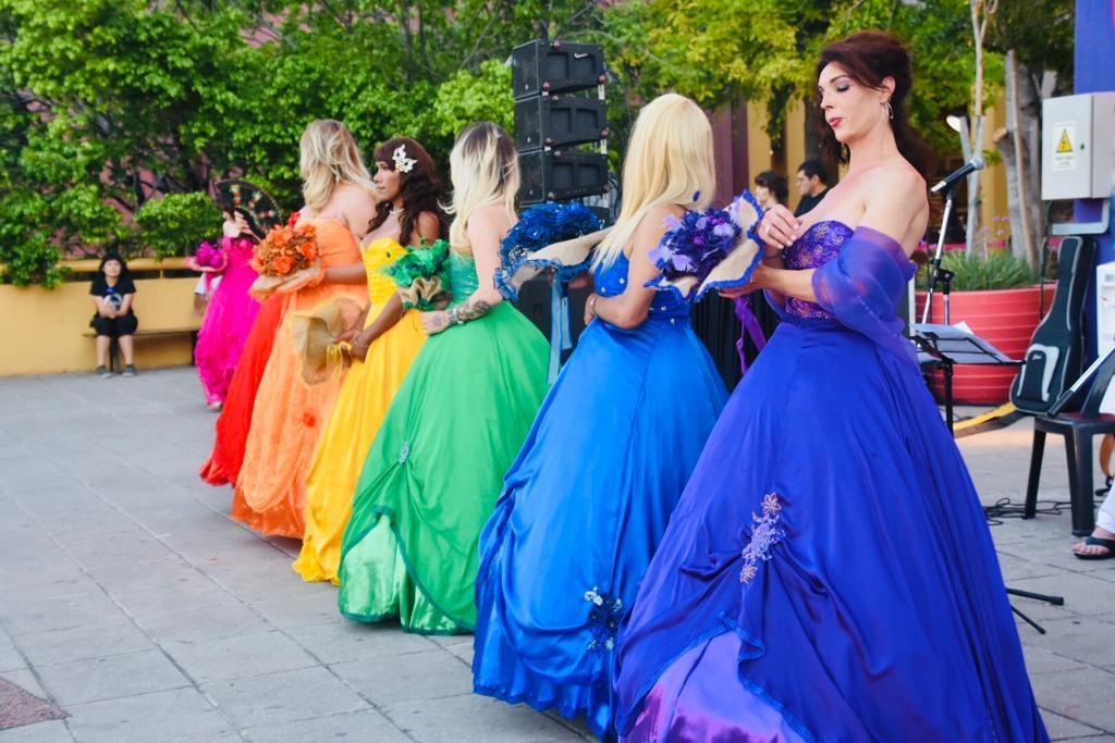 Los colores de la diversidad se ven reflejados en la bandera LGTB. La versión actual consiste en seis franjas de colores rojo, naranja, amarillo, verde, azul y violeta, que reproducen el orden de los colores del arcoíris. El rojo representa la vida; el naranja la sanación o la salud; el color verde la naturaleza; el azul la serenidad y el morado el orgullo