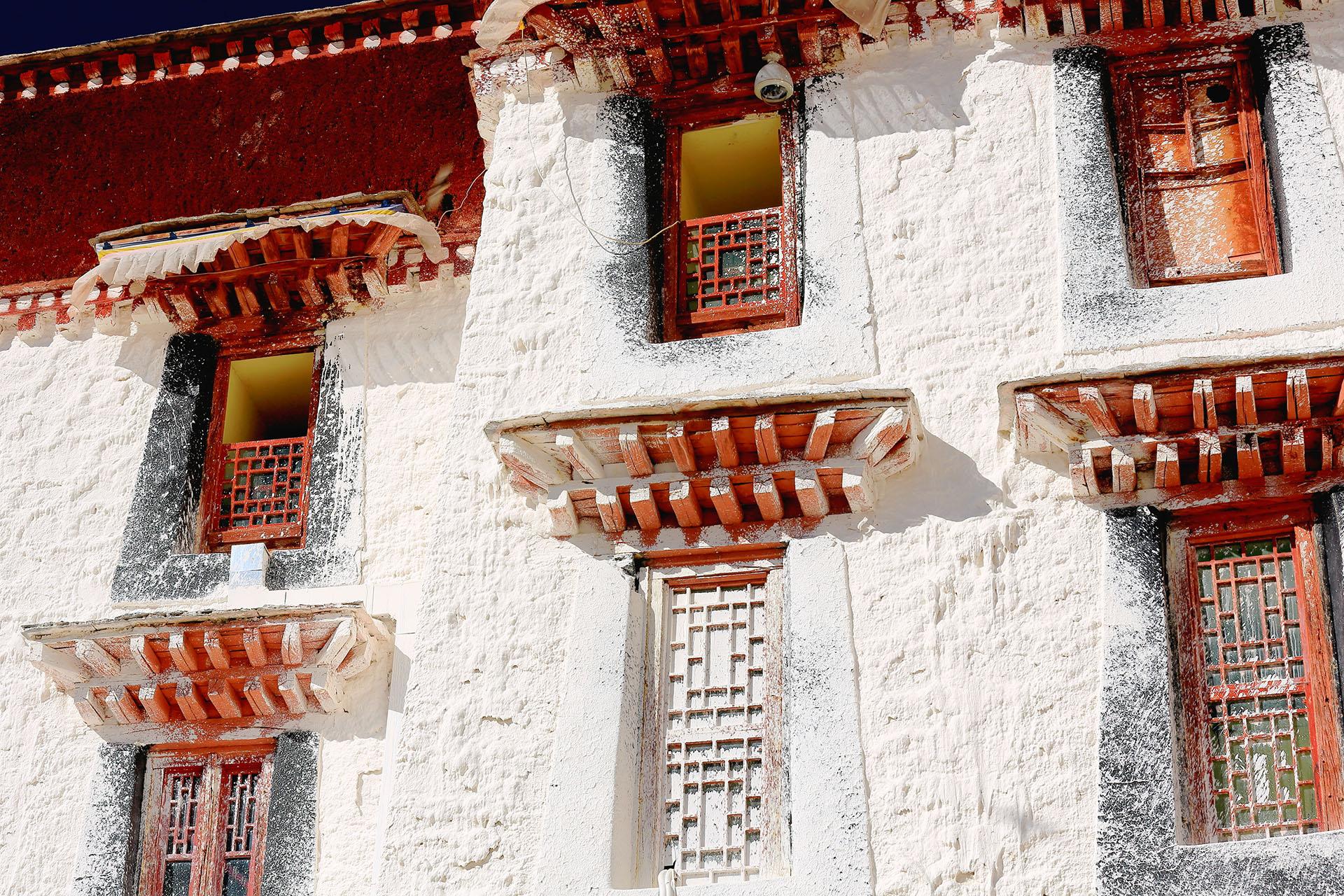 El palacio siempre tuvo usos seculares, contiene habitaciones, oficinas, un seminario y una casa de imprenta