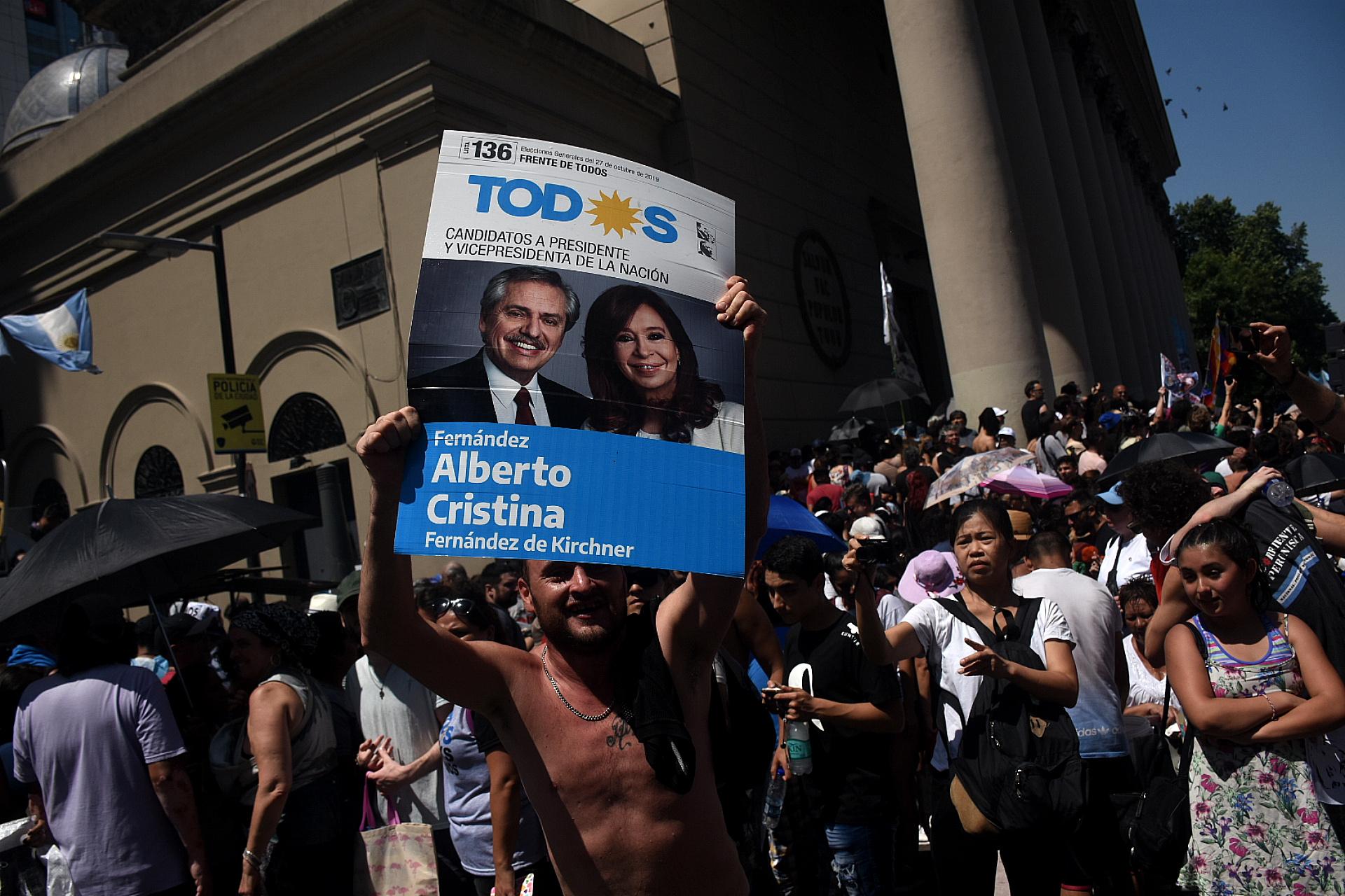 Una persona alza un cartel con la boleta de la fórmula ganadora de las últimas elecciones
