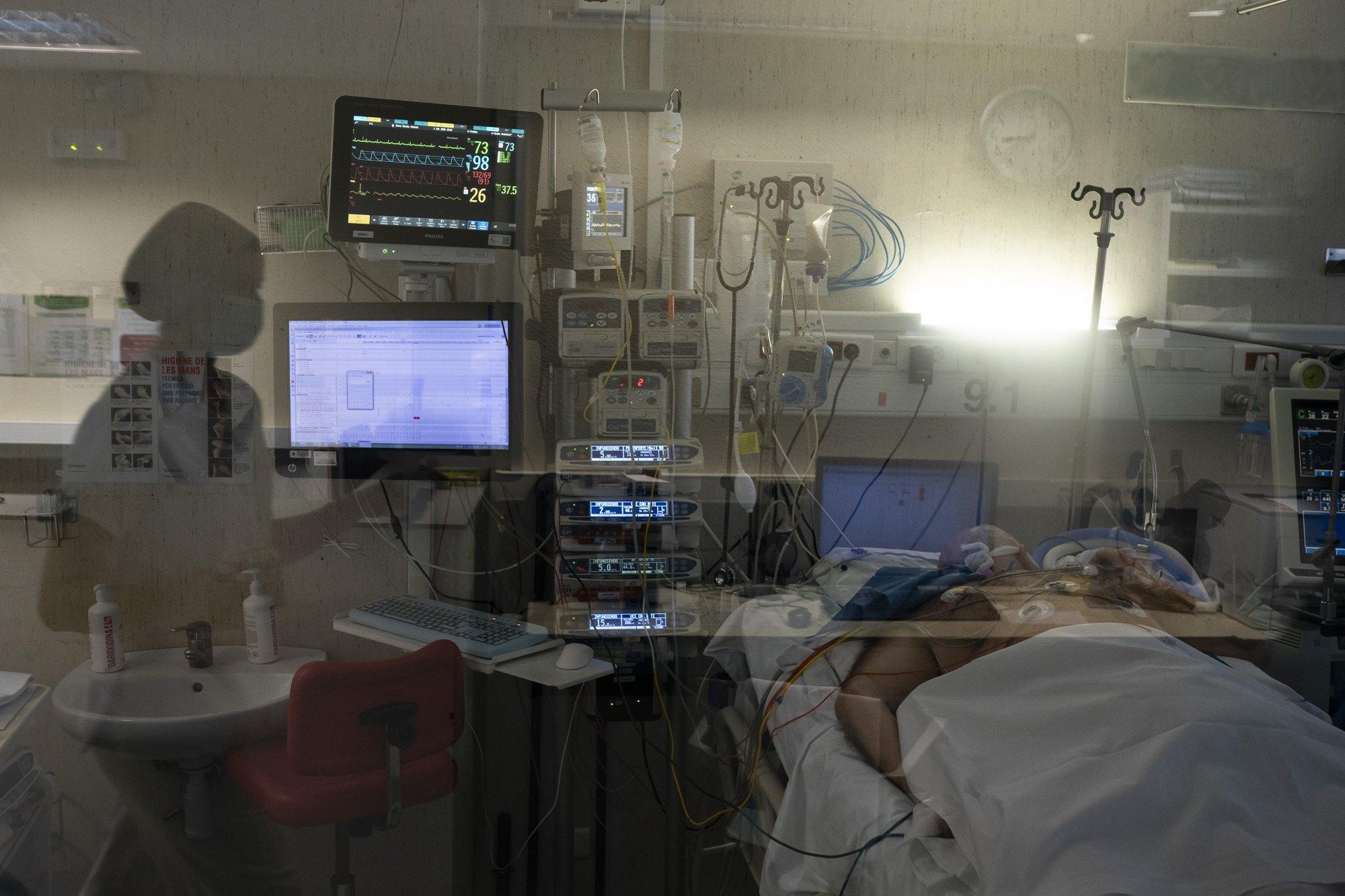 Un paciente entubado en la sala de cuidados intensivos del improvisado hospital de Baladona, en Barcelona, España (AP Photo/Felipe Dana)