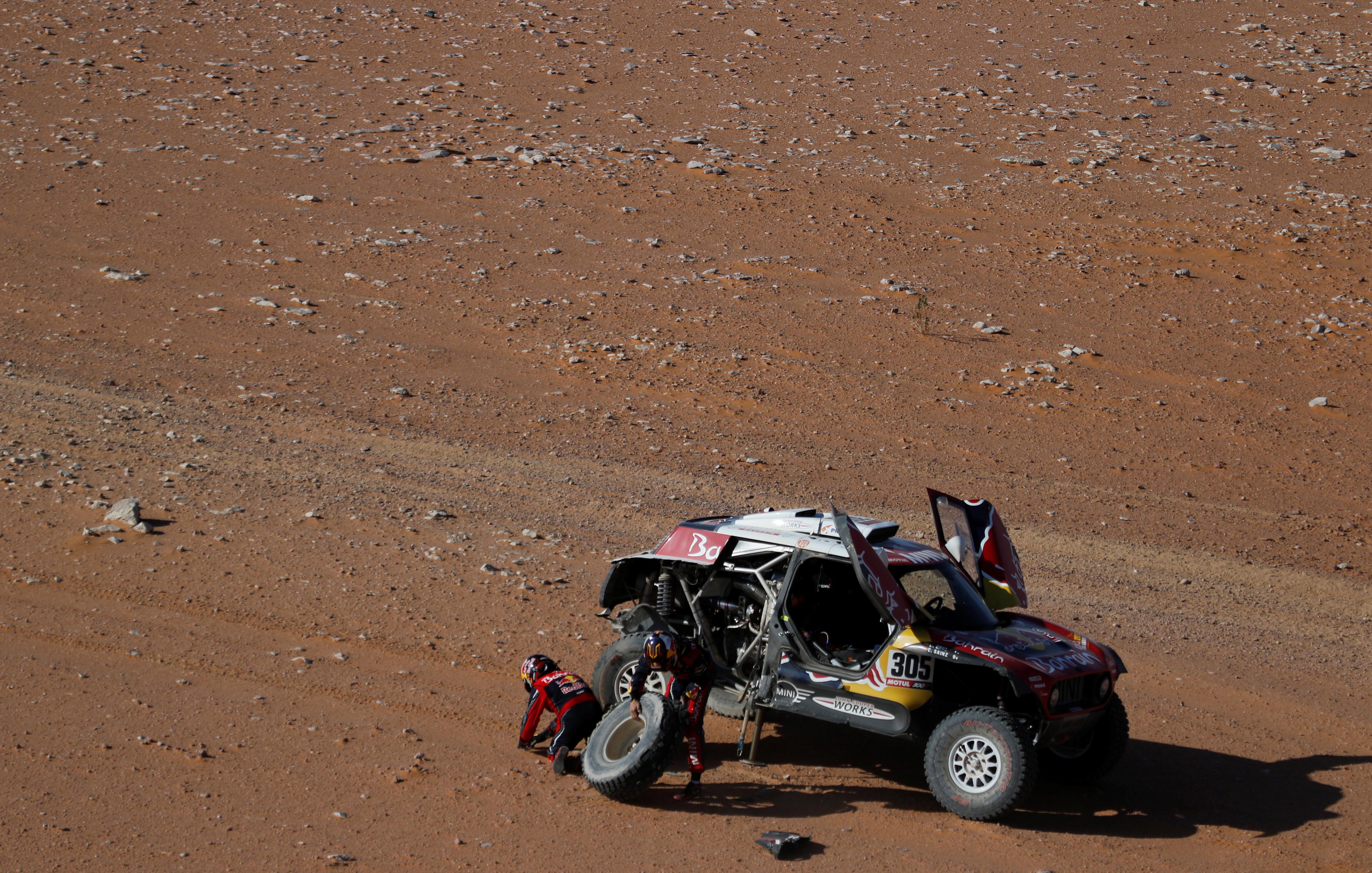 Por culpa de un neumático hecho trizas, sumado a un pequeño despiste al inicio de la etapa, Sainz perdió prácticamente toda la renta que tenía ganada respecto al qatarí Nasser Al Attiyah (Toyota), que hace dos días era de diez minutos y ahora se vio reducida a la mínima expresión, solo 24 segundos