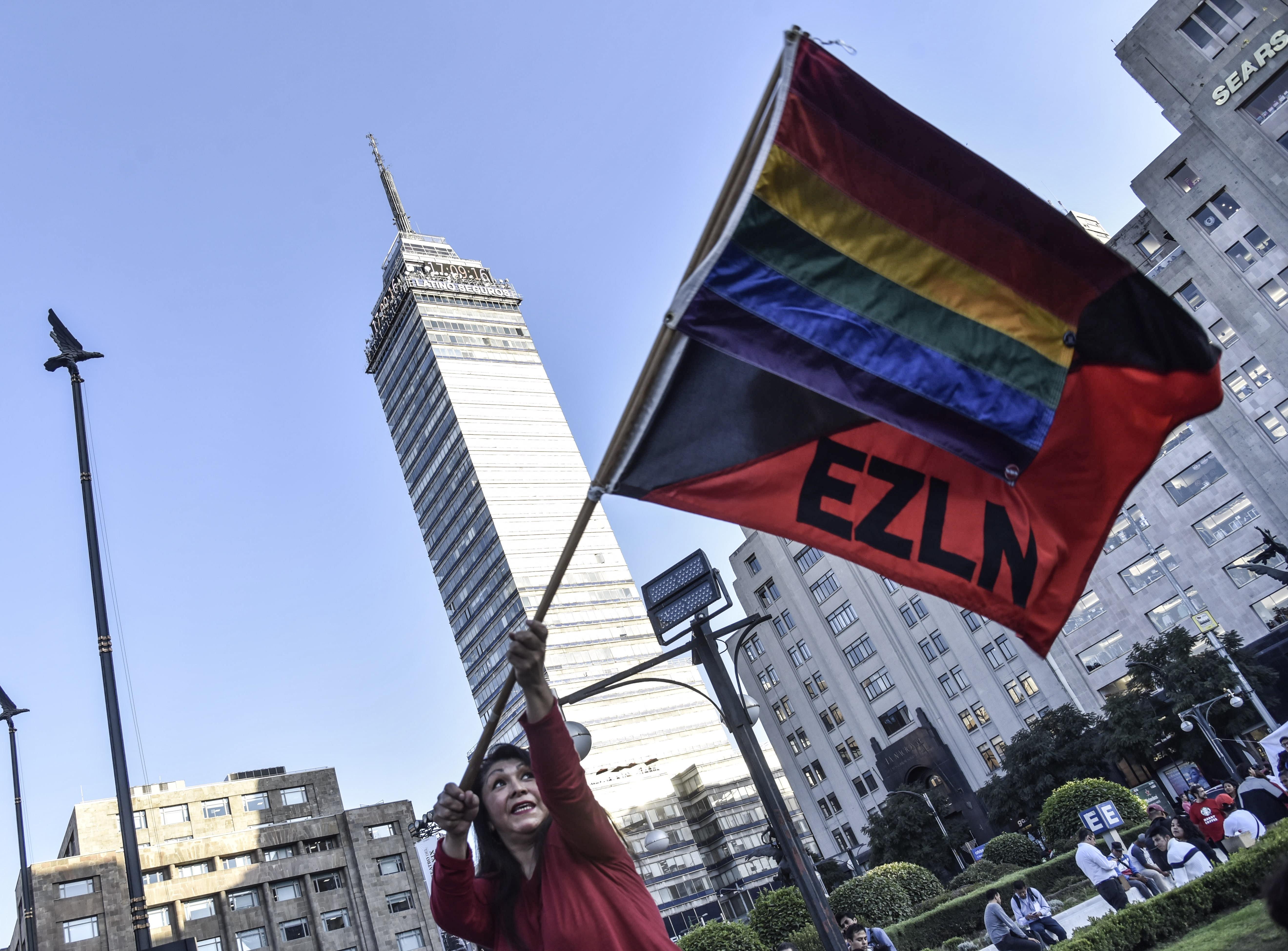Mujer onde una bandera del EZLN y de la comunidad lésbico Gay (Foto: Mario Jasso/Cuartoscuro)