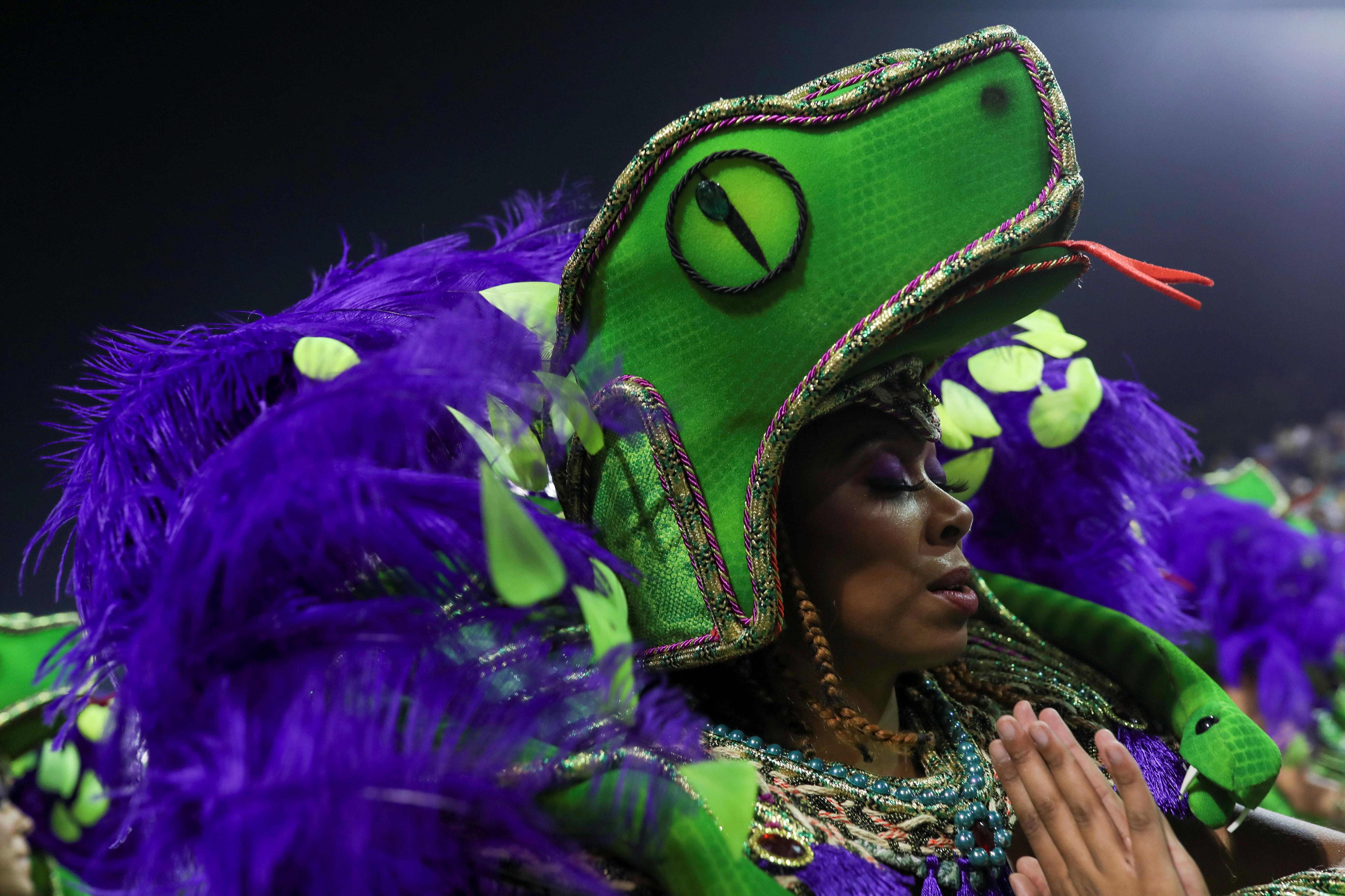 """Entre purpurina y cuerpos despampanantes, el viaje del sambódromo continuó la madrugada del sábado e hizo una parada en el Antiguo Egipto, cuyos escritos sirvieron de inspiración a la escuela """"Dragoes da Real"""" para presentar alegorías al humor y la alegría (REUTERS/Amanda Perobelli)"""