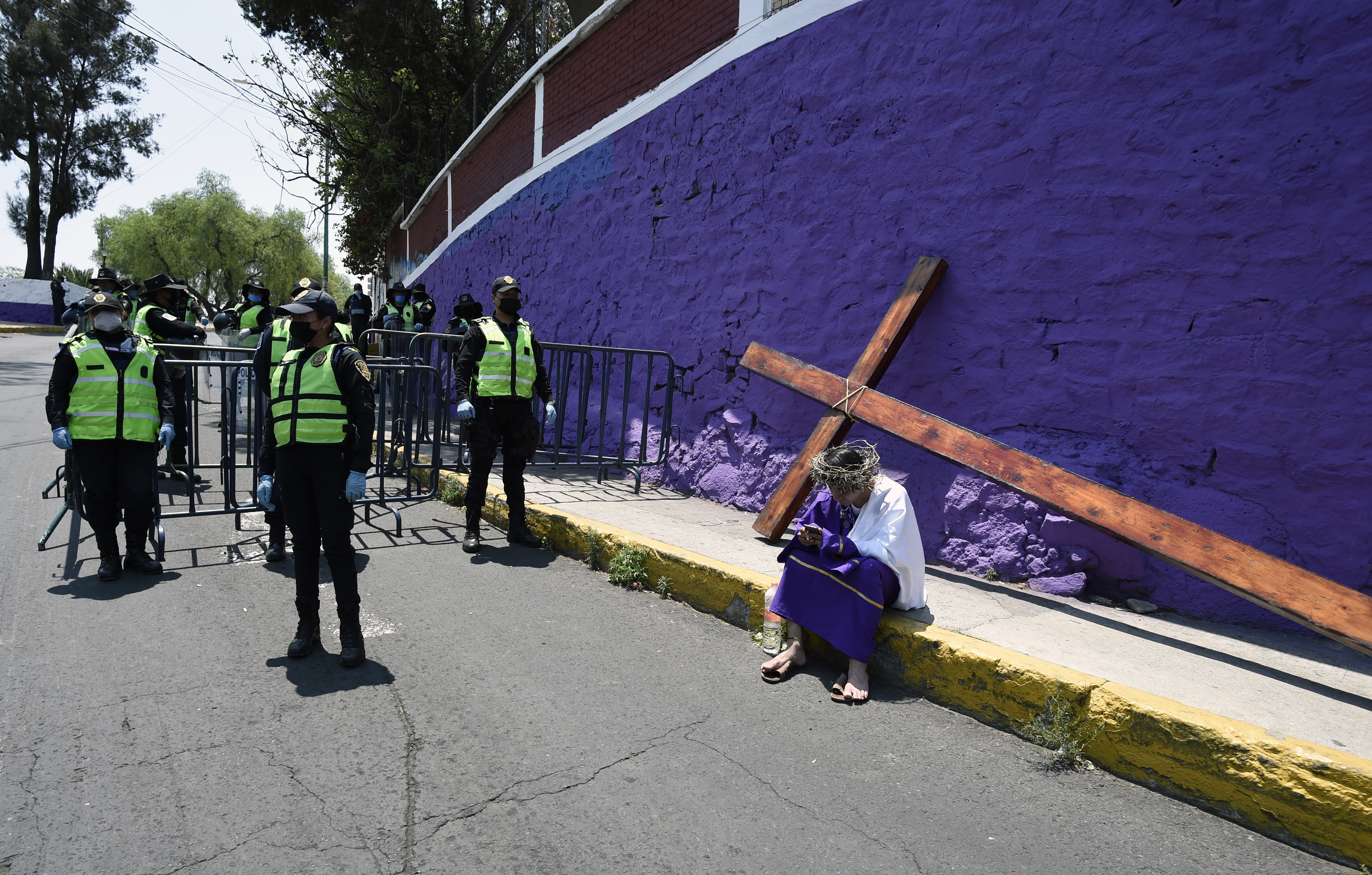 Elementos de la policía junto a un cerco de metal para impedir la entrada al Cerro de la Estrella debido al cerco sanitario que se tiene en la ciudad (Foto: Alfredo Estrella/AFP)