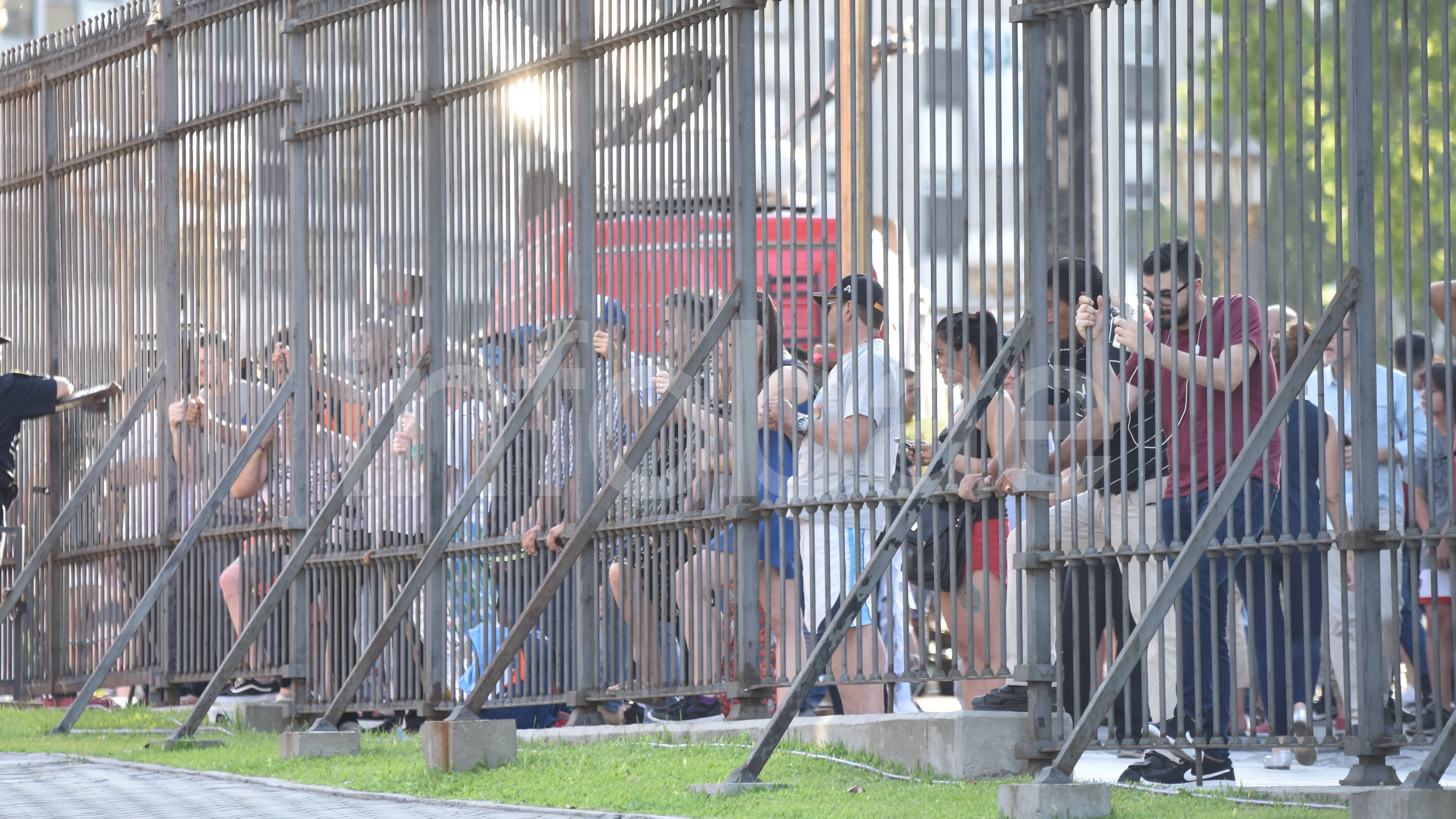 Mientras el equipo de Alberto Fernández prepara la celebración de asunción en la Plaza de Mayo, decenas de personas observaron cómo los funcionarios salientes abandonaban la Casa Rosada