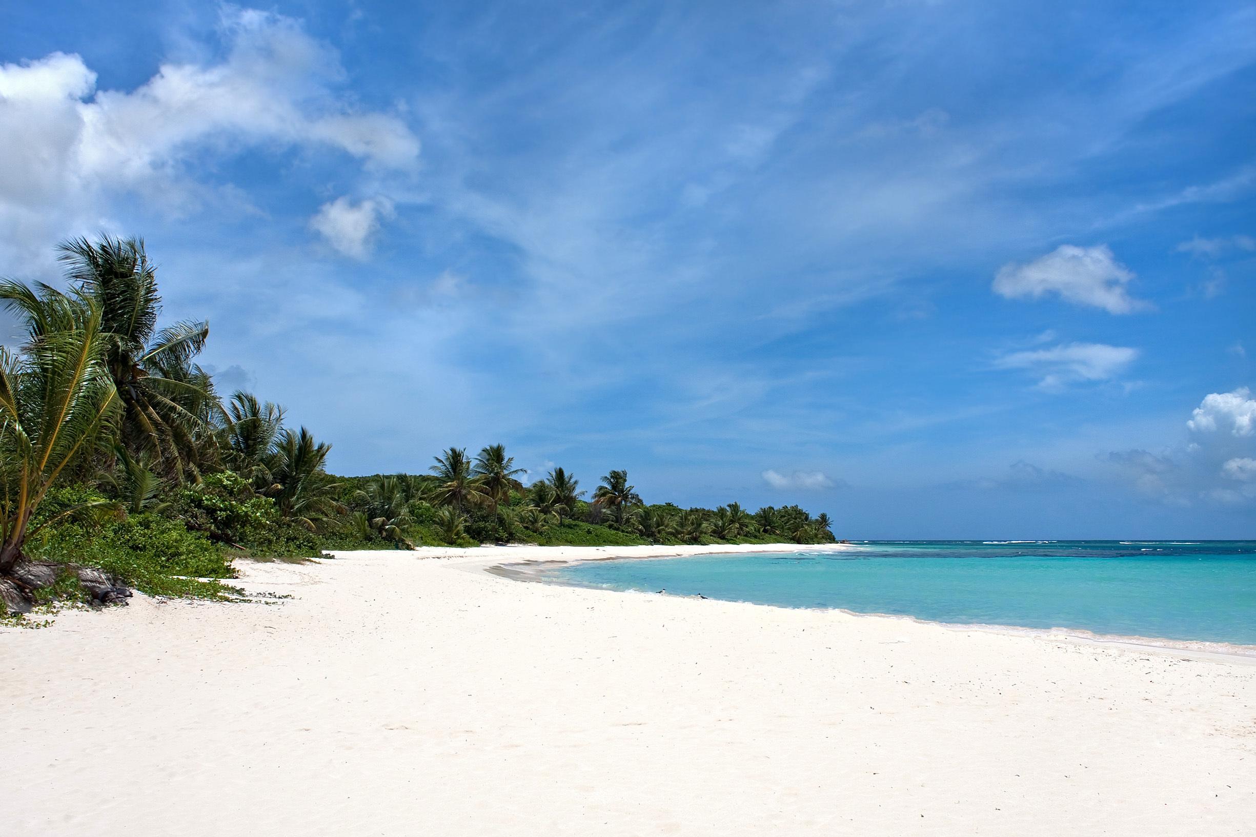 Flamenco es una playa en forma de media luna ubicada en la isla de Culebra, accesible en avión o ferry, lo que significa que su entorno aislado e inmaculado seguirá siendo naturalmente hermoso. Con una temperatura promedio de 29° C y una temperatura del agua de 27.5° C, los 1.6 km de costa de Flamenco atraen a los viajeros que buscan el día perfecto en la playa