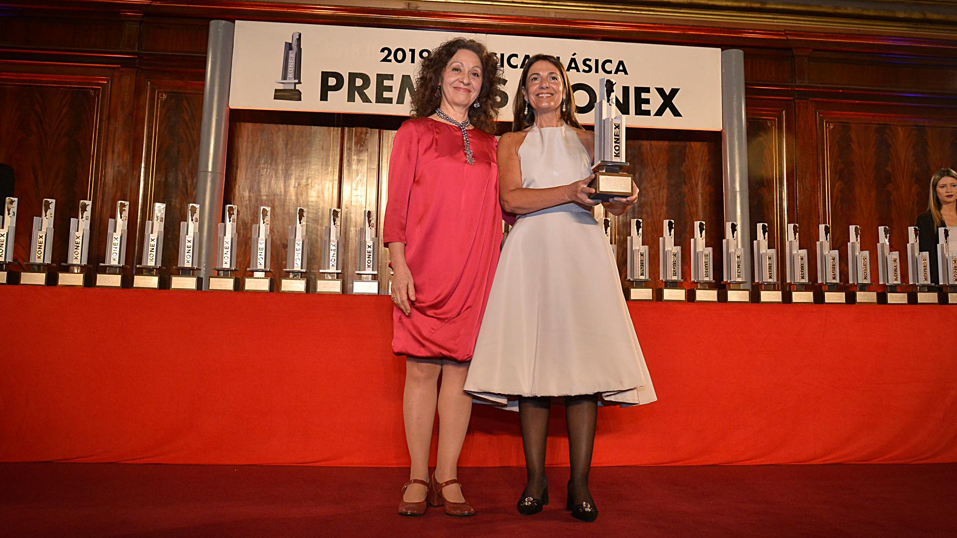 La soprano, Verónica Cangemi, recibió el premio en la categoría cantante femenina de la mano de la jurado Virginia Correa Dupuy