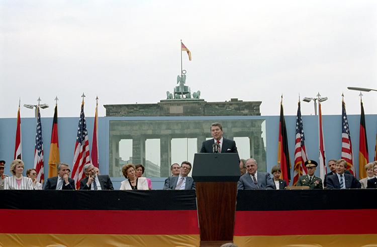 Ronald Reagan, en su histórico discurso frente a la puerta de Brandeburgo del 12 de junio de 1987, con su reclamo al líder soviético: