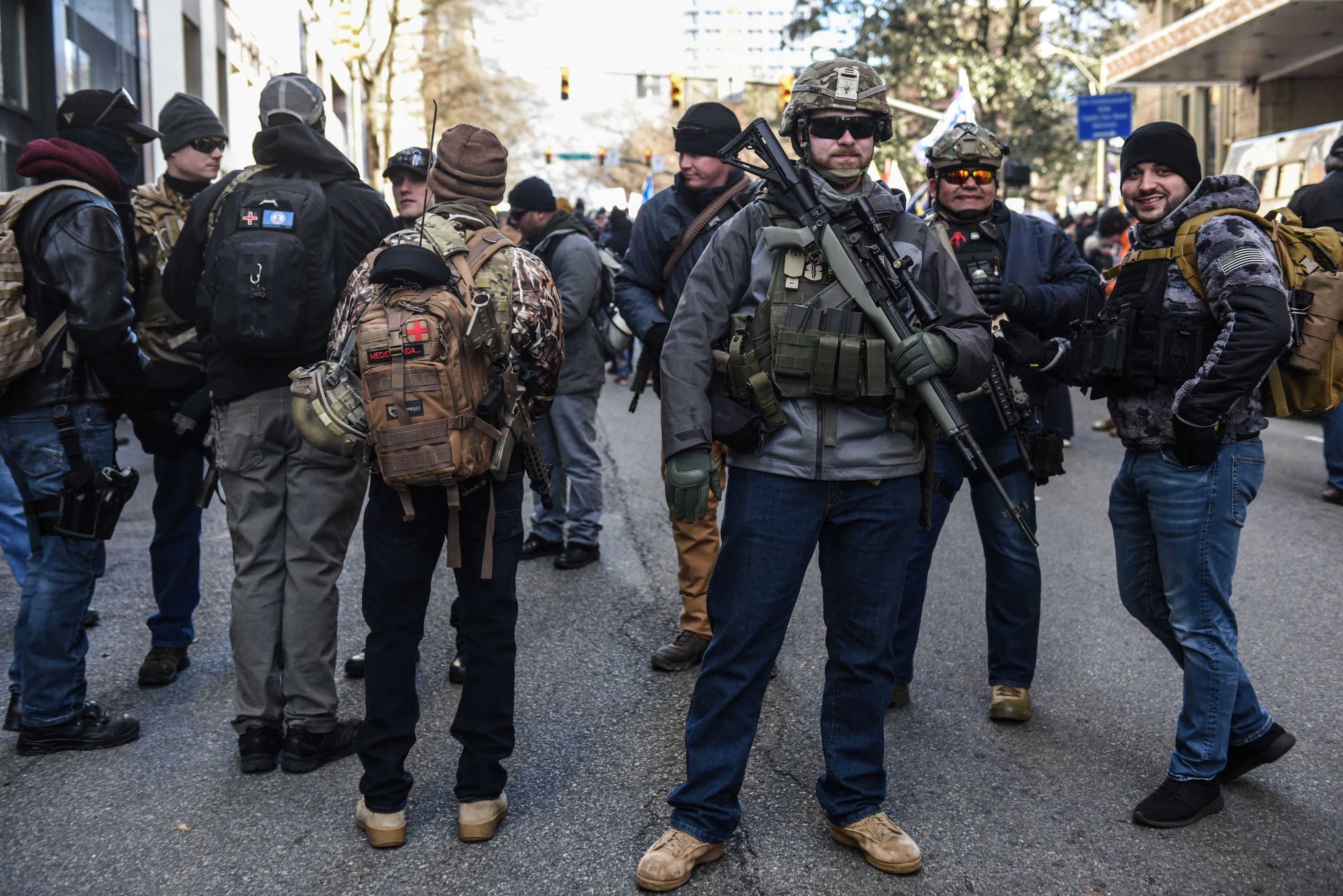 Cascos tácticos y fusiles de precisión en esta imagen de la marcha al Capitolio de Richmond (REUTERS/Stephanie Keith)